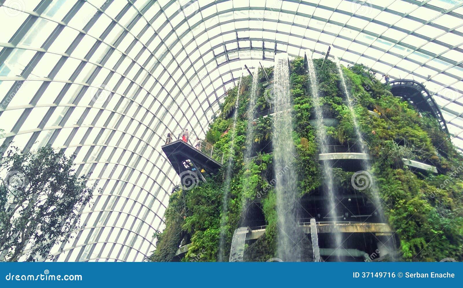 Innengarten Und Wasserfall Lizenzfreies Stockbild - Bild: 37149716