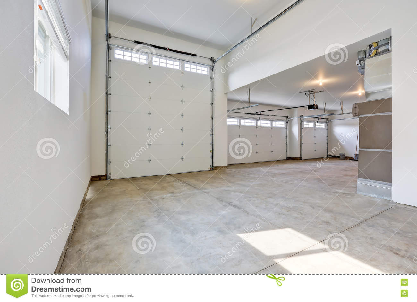 innenraum der gro en garage mit drei autos in einem nagelneuen haus stockfoto bild 76167744. Black Bedroom Furniture Sets. Home Design Ideas