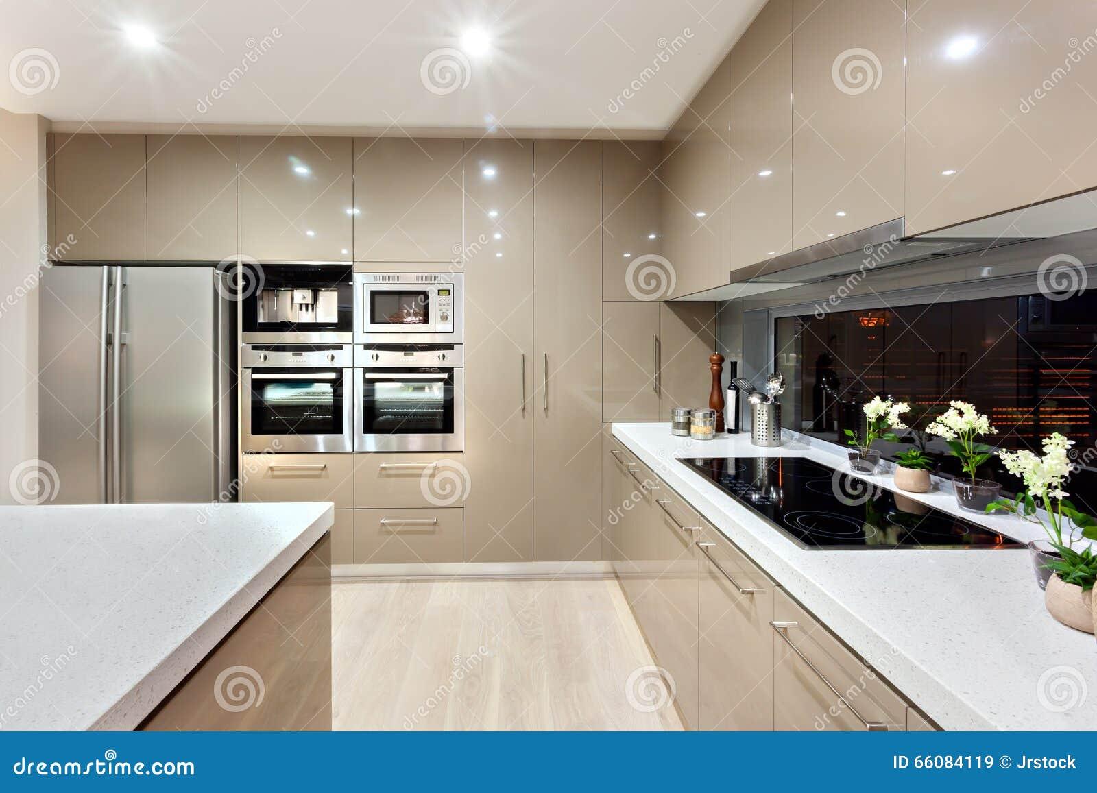 Innenraum Der Modernen Küche In Einem Luxushaus Stockbild - Bild von ...