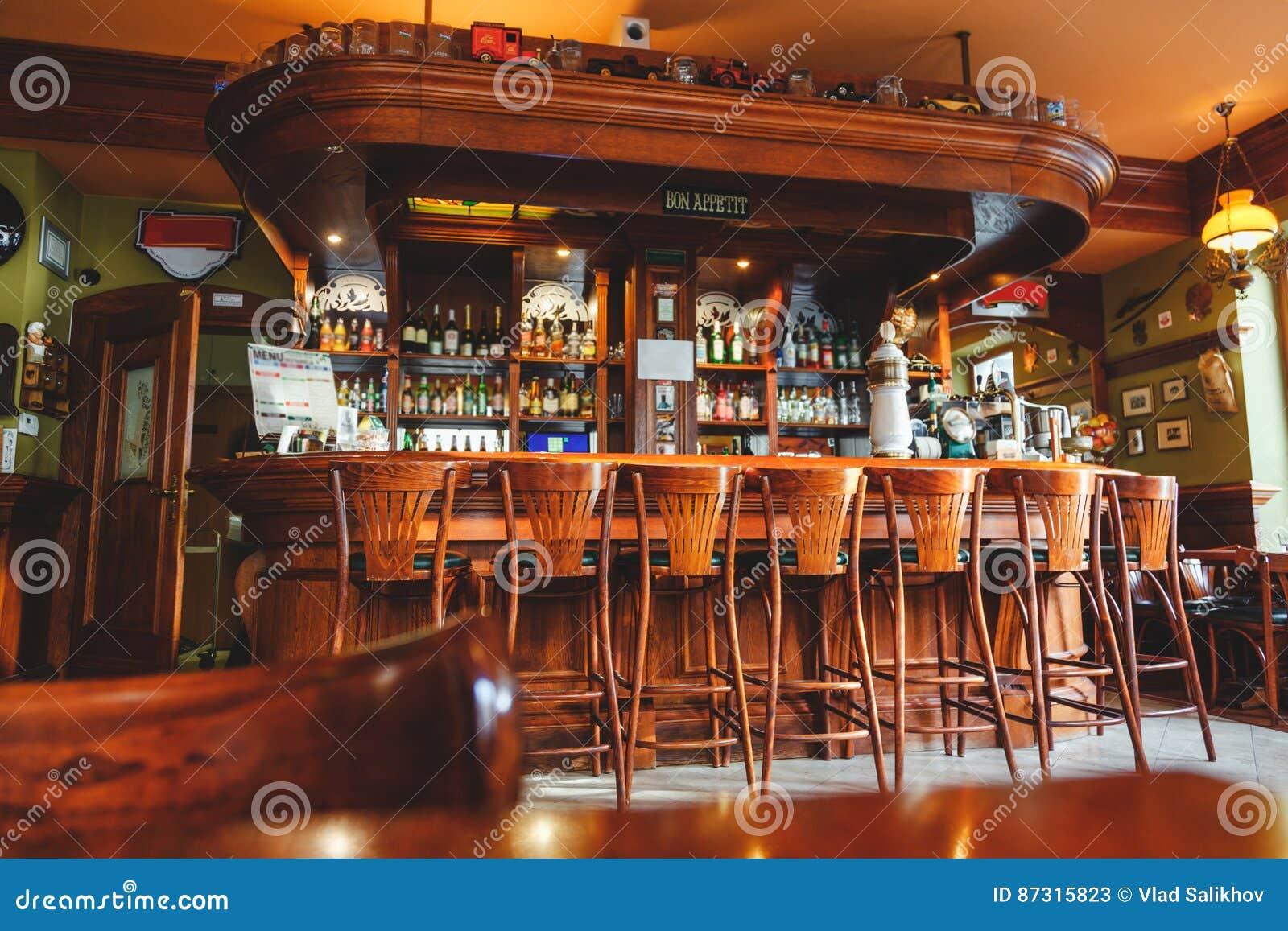 Innenraum Der Teuren Stilvollen Bar, Gemacht Vom Mahagonibaum In Der ...