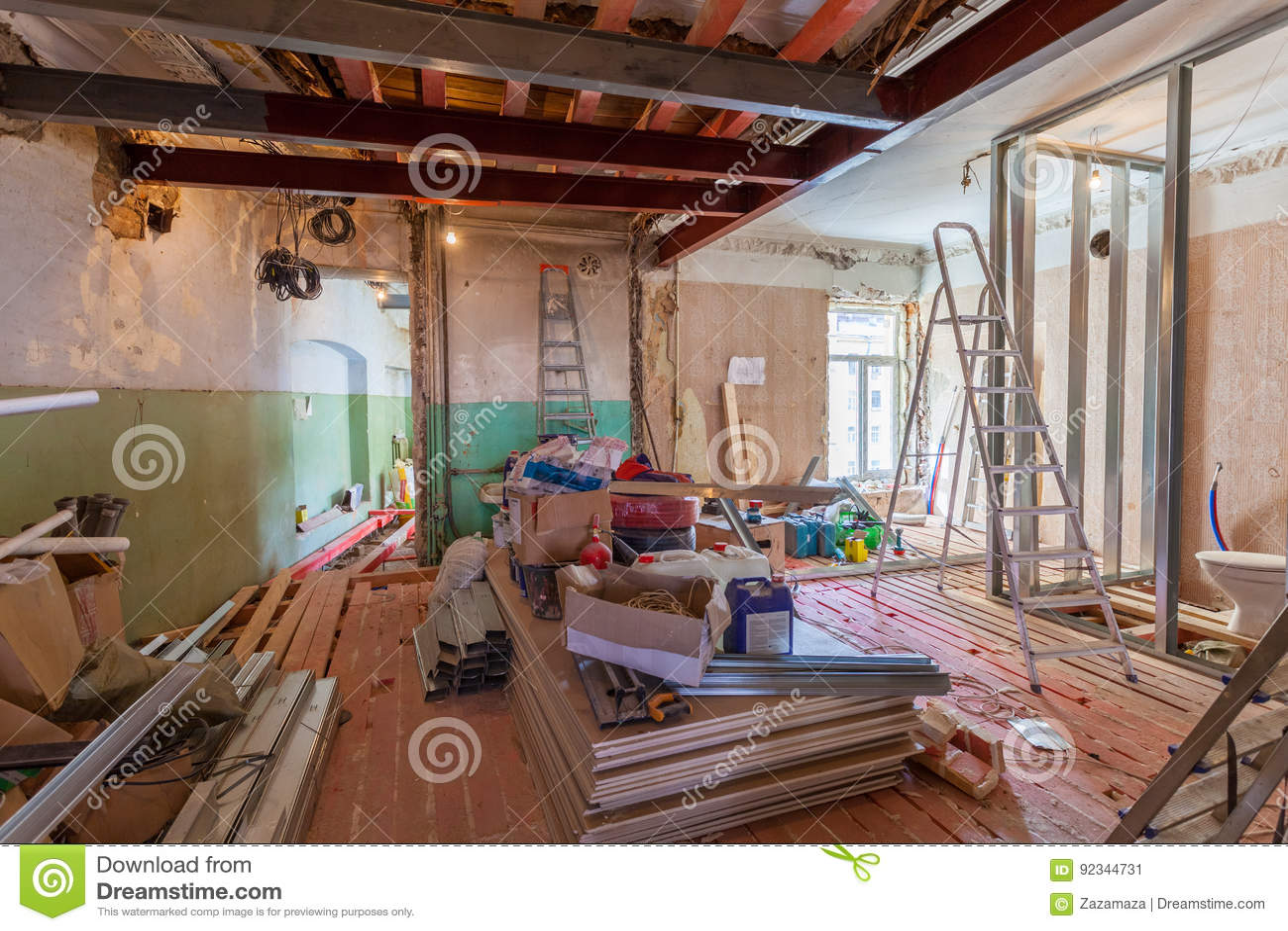 Innenraum der Wohnung mit Materialien während auf der Erneuerung und des Baus
