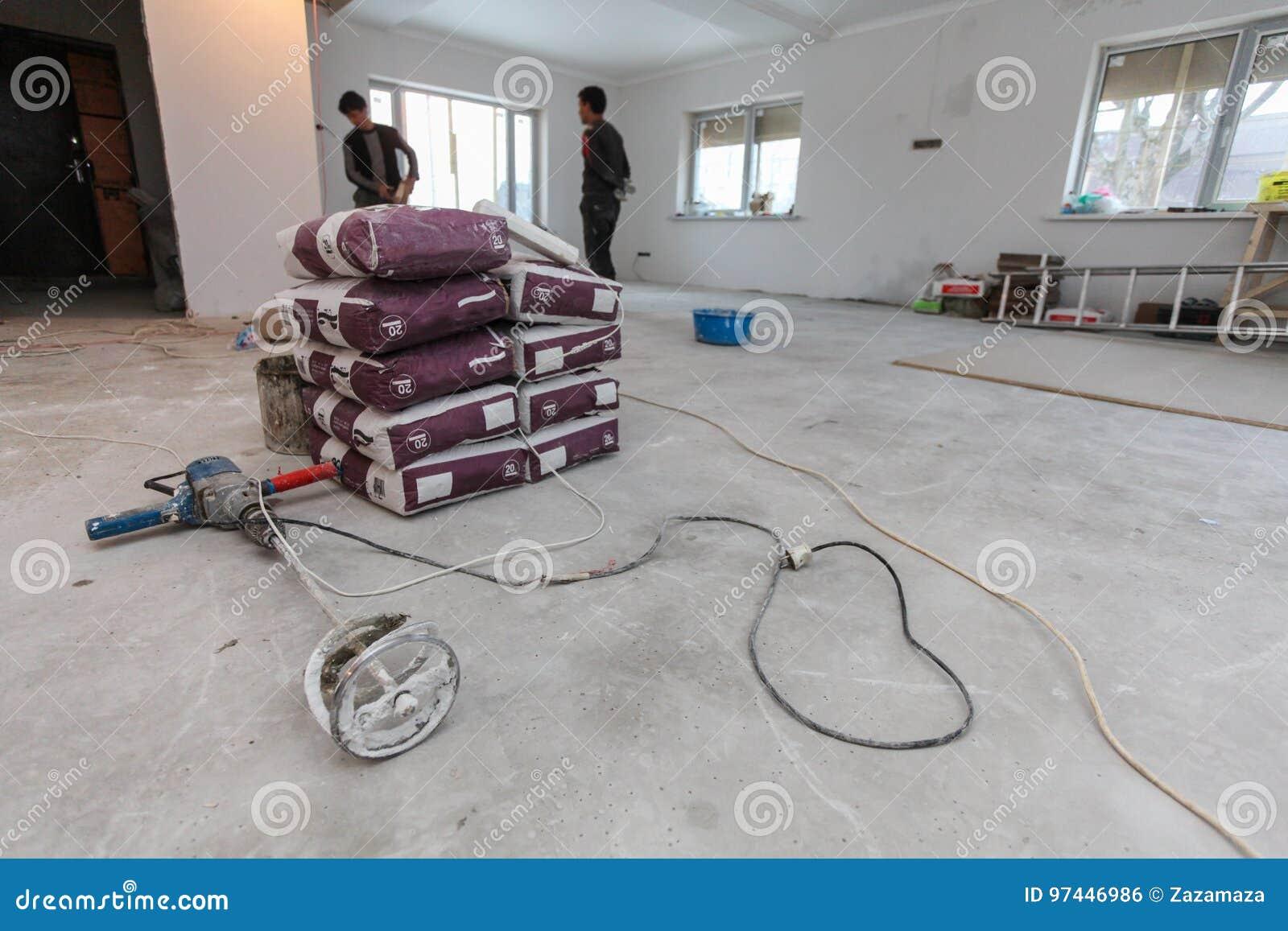 Fußboden Erneuern Beton ~ Innenraum der wohnung mit neuen fenstern materialtaschen des zement
