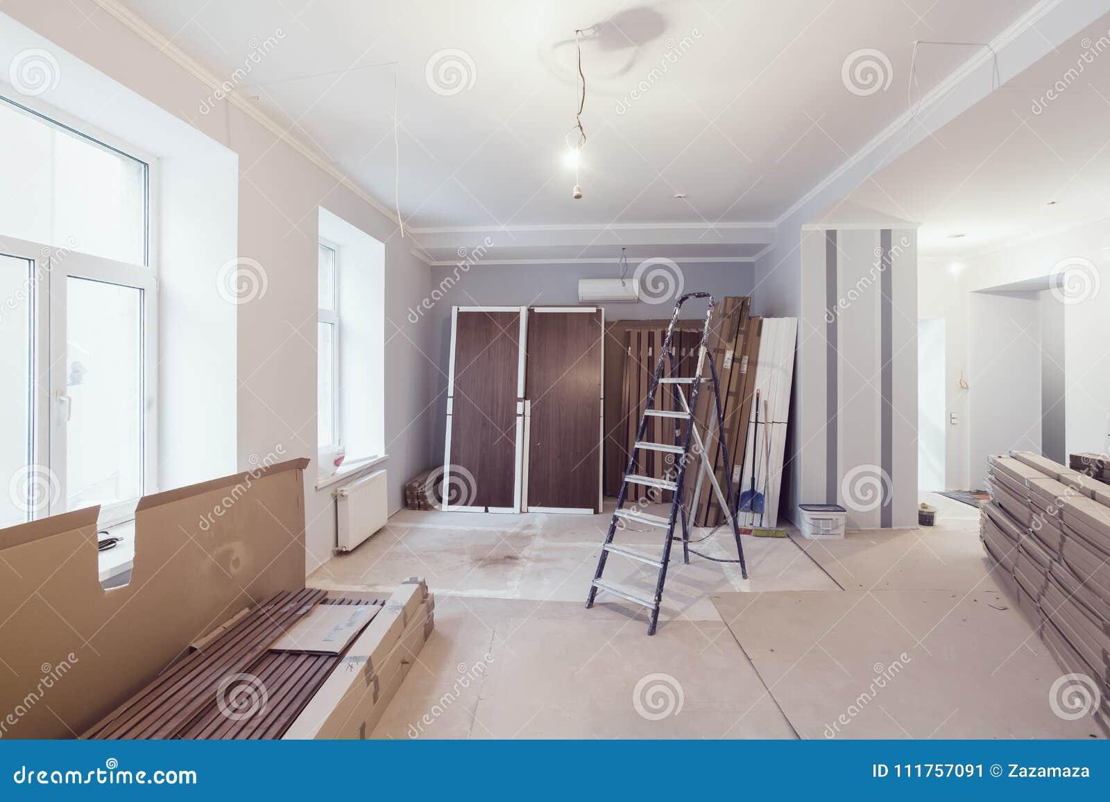 Innenraum der Wohnung während des Baus, der Umgestaltung, der Erneuerung, der Erweiterung, der Wiederherstellung und der Rekonstr