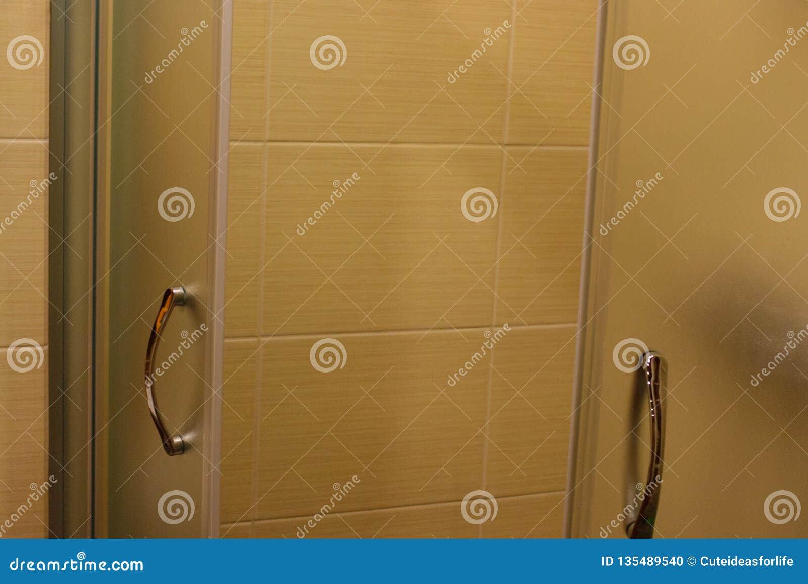 Innenraum des Badezimmers Die Tür ist geöffnet… Sie - Wartezeiten