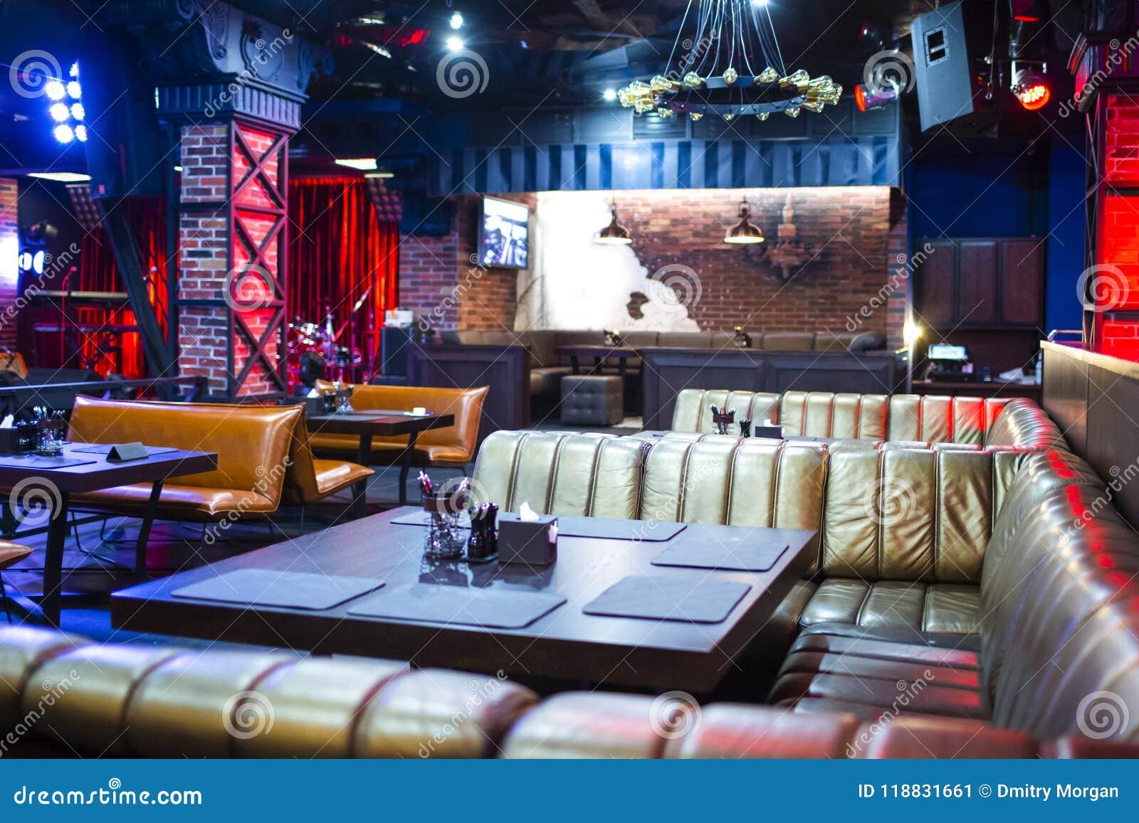 Innenraum des modernen Nachtclubs mit Beleuchtung und Tonausrüstung