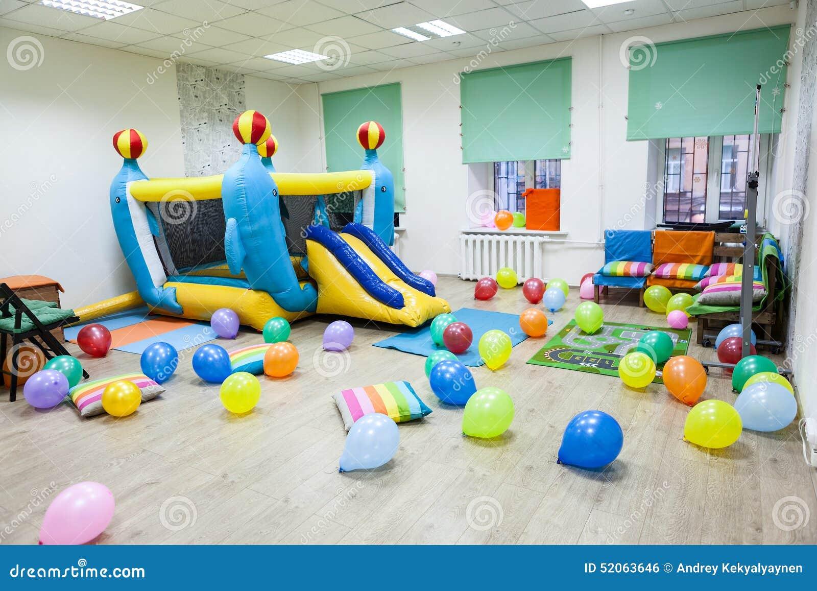 Innenraum des Raumes mit einer aufblasbaren Trampoline für Kinder Geburtstag oder Partei