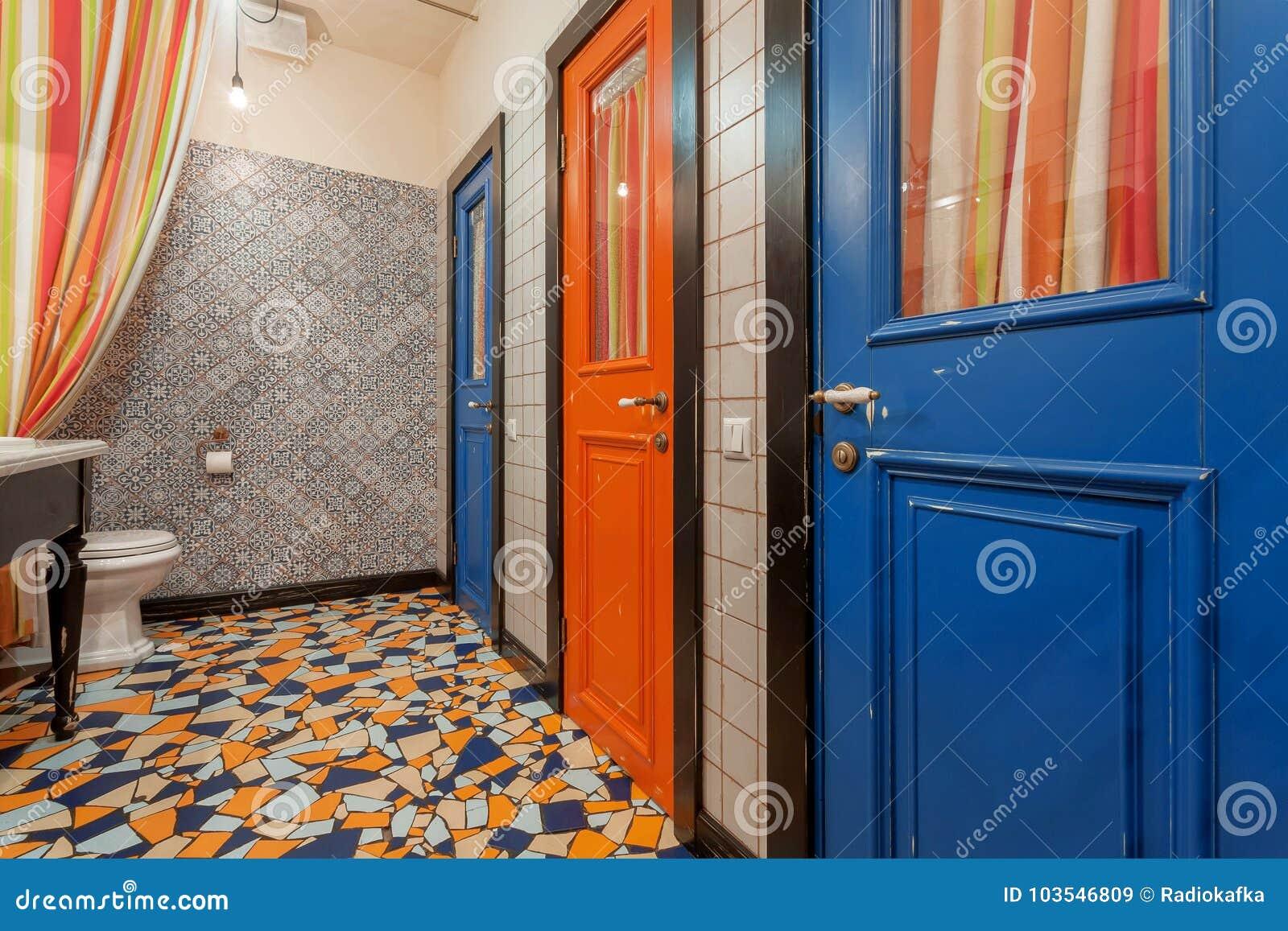 Innenraum Des Weinleseart Toilettenraumes Mit Alten Holzturen Zum