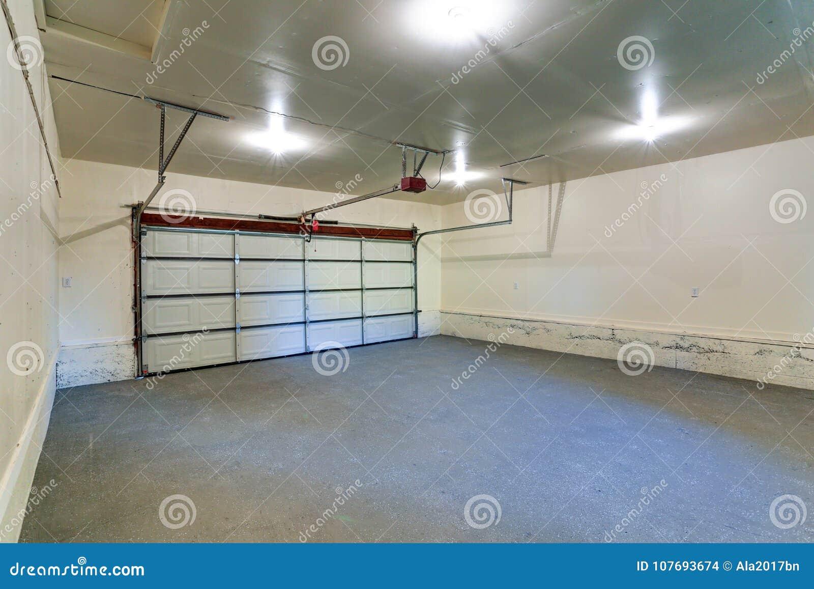 Download Innenraum Einer Leeren Sauberen Garage Mit Geschlossener Tür  Stockfoto   Bild Von Innen, Zustand