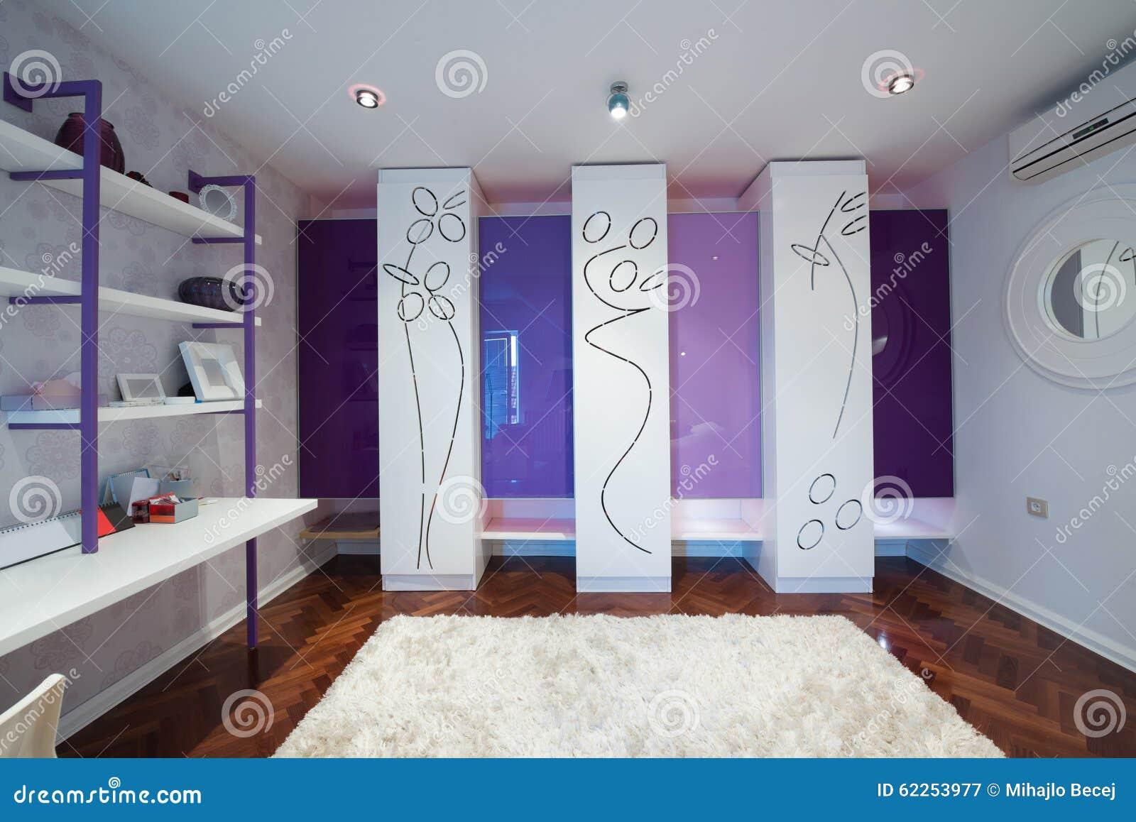 Innenraum einer modernen umkleidekabine mit modernem wandschrank