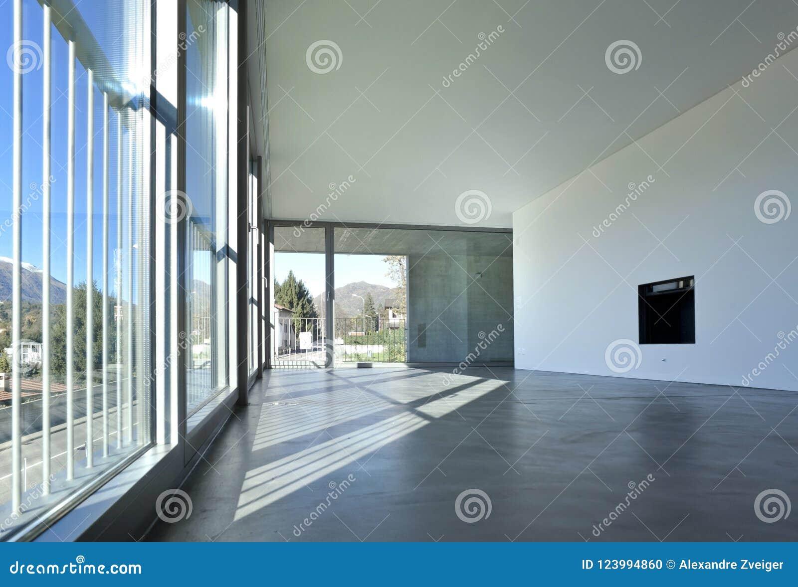 Innenraum Eines Leeren Raumes, Ein Wohnzimmer Eine Große Weiße Wand Mit  Einem Kamin In Der Mitte Auf Der Seite Gibt Es Ein Großes Fenster Der  Gesichtspunkt ...