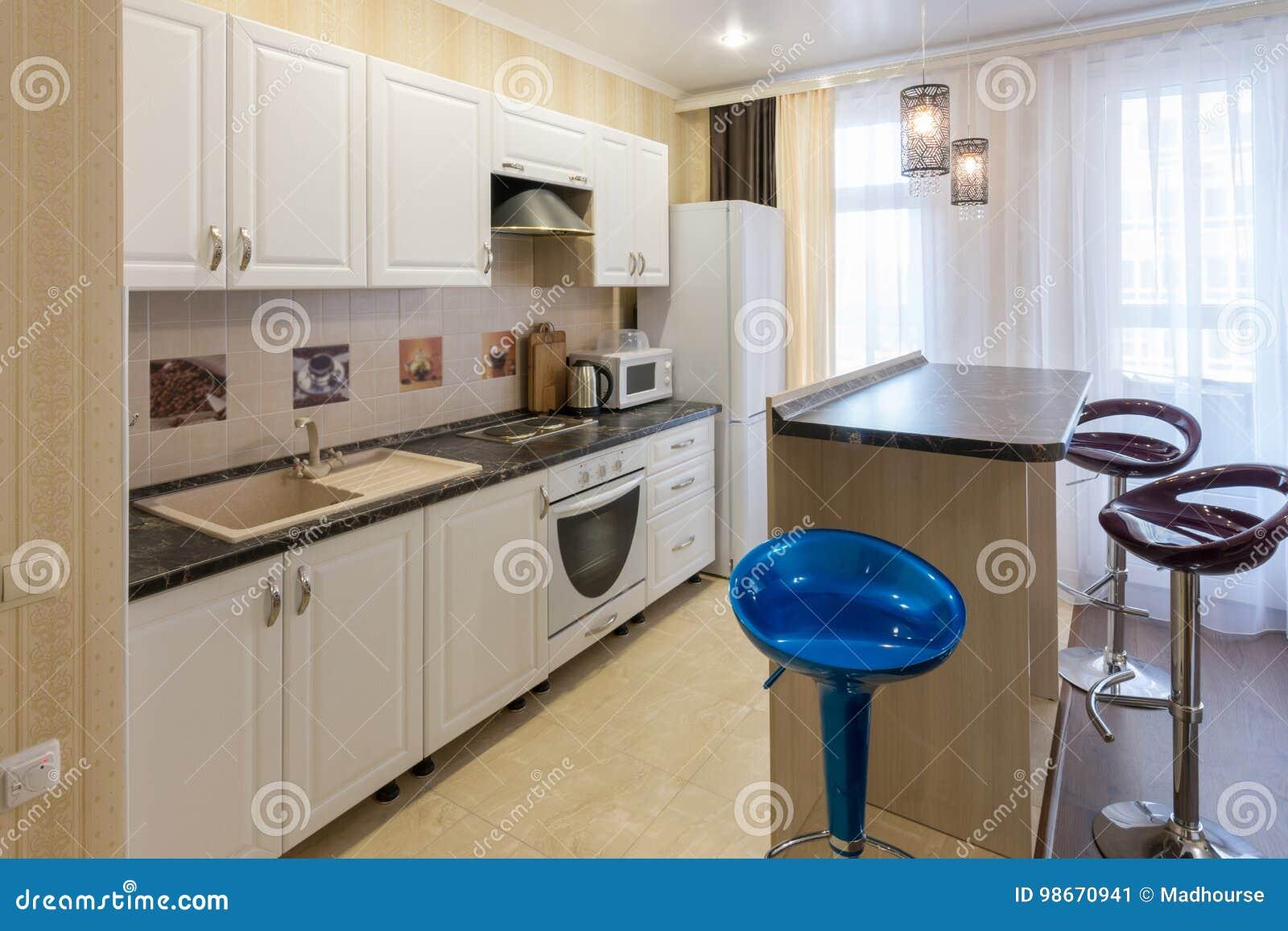 Innenraum Eines Wohnschlafzimmers, Ansicht Des Küchensatzes Und Ein ...
