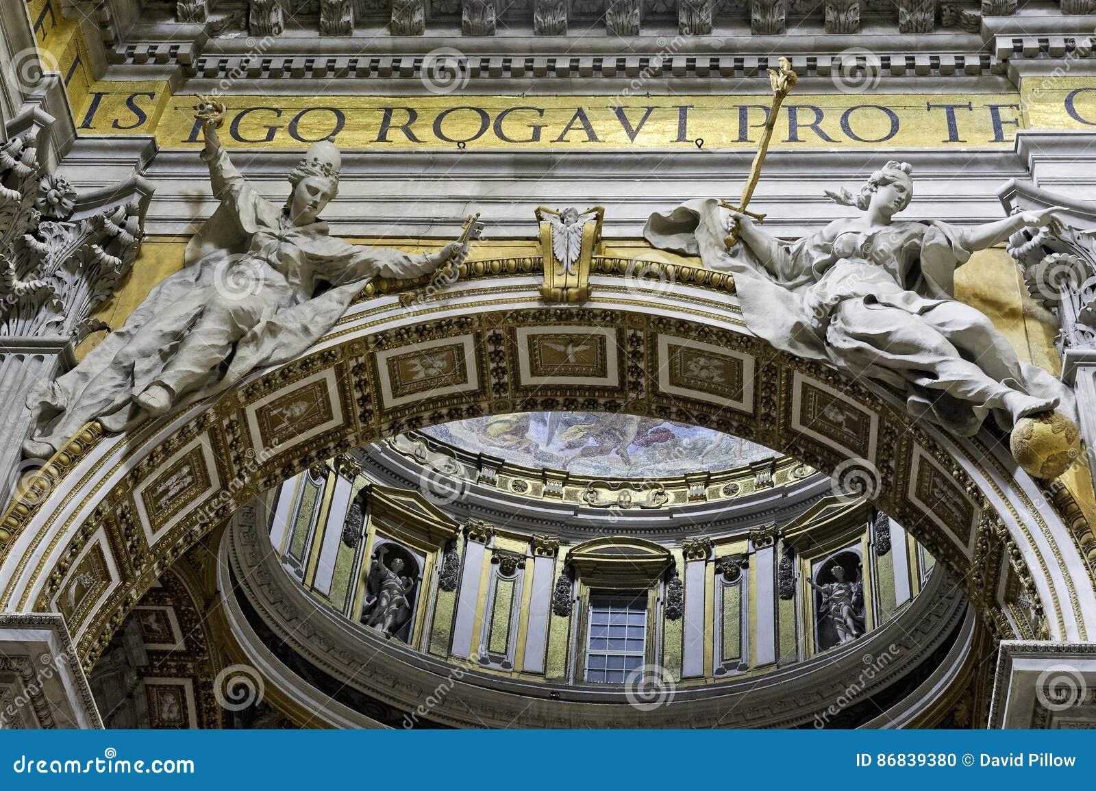 Innenraum von St- Peter` s Basilika, Nahaufnahme des Bogens stellt dar