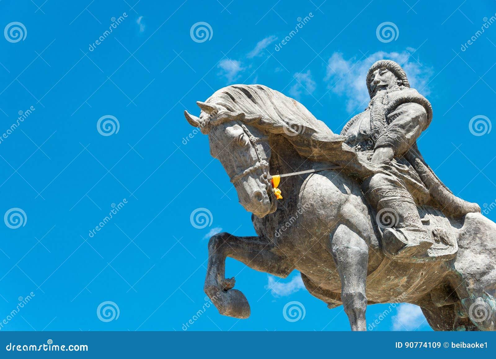 INNER MONGOLIA, CHINA - 10 de agosto de 2015: Kublai Khan Statue em Kubla