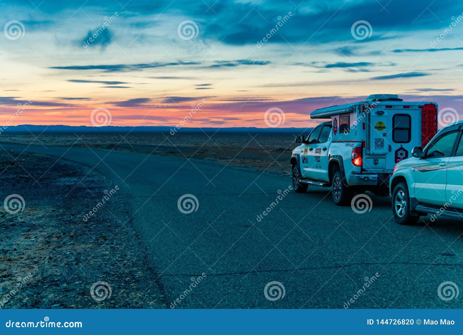 Innere Mongolei, China, Mrz 28,2017, fahrend durch Wüste bei Sonnenuntergang
