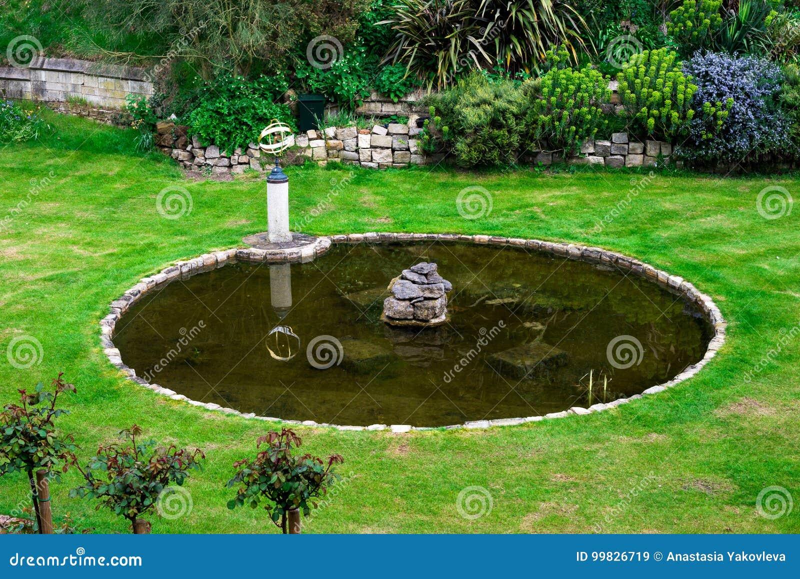 Innerer Garten Mit Einem Kleinen Teich Und Ein Brunnen In Windsor
