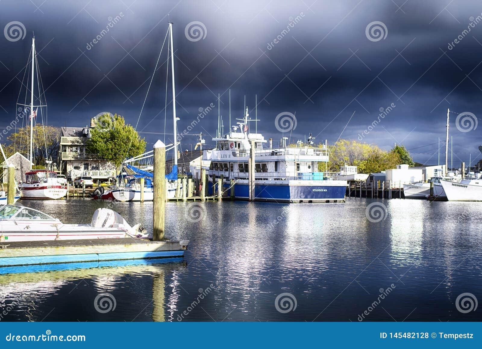 Innerer stürmischer Himmel Hafen Hyannis Massachusetts