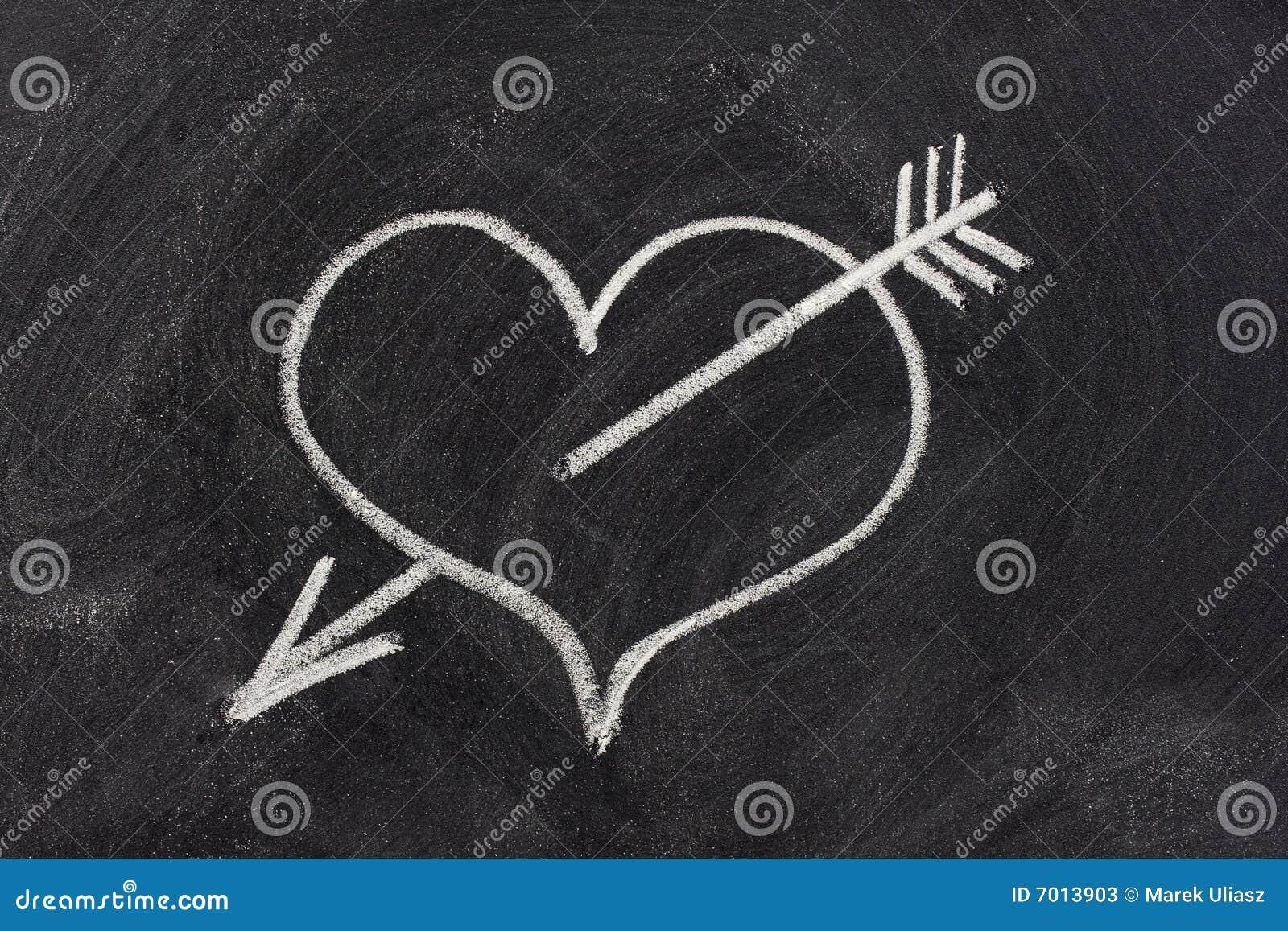 Inneres durchbohrt durch Pfeil, Liebessymbol auf Tafel