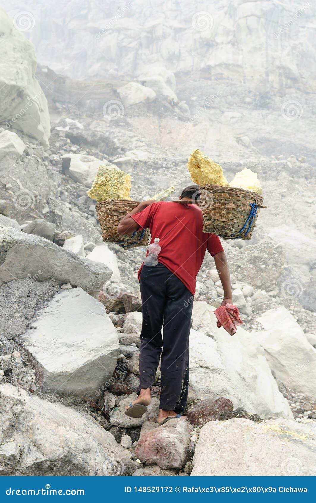 Innerhalb des Kraters des Vulkans in Indonesien