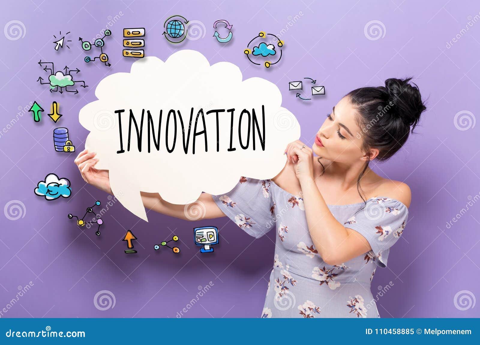 Innovation med kvinnan som rymmer en anförandebubbla