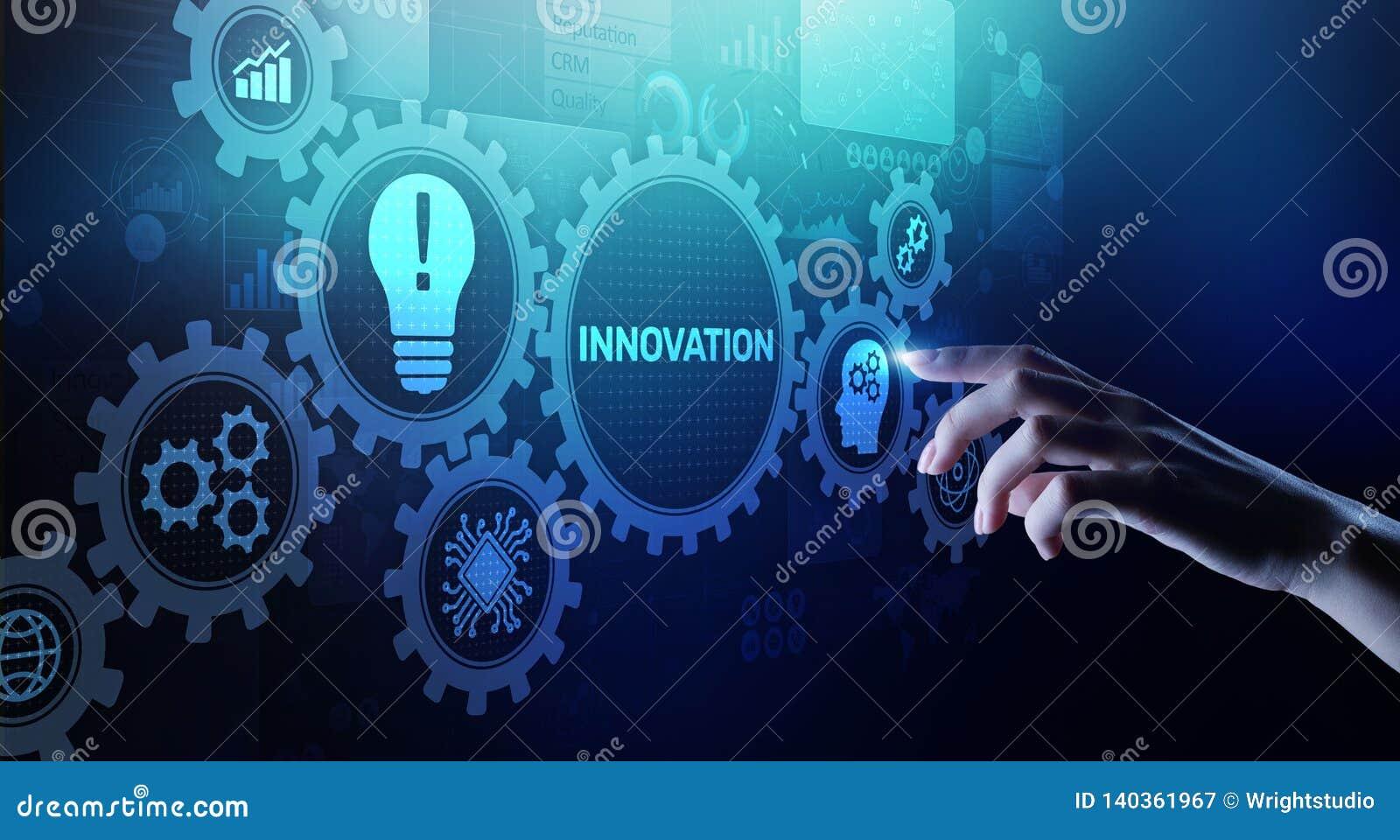 Innovationsgeschäft und Technologiekonzept auf virtuellem Schirm Erneuern kreativer Prozess