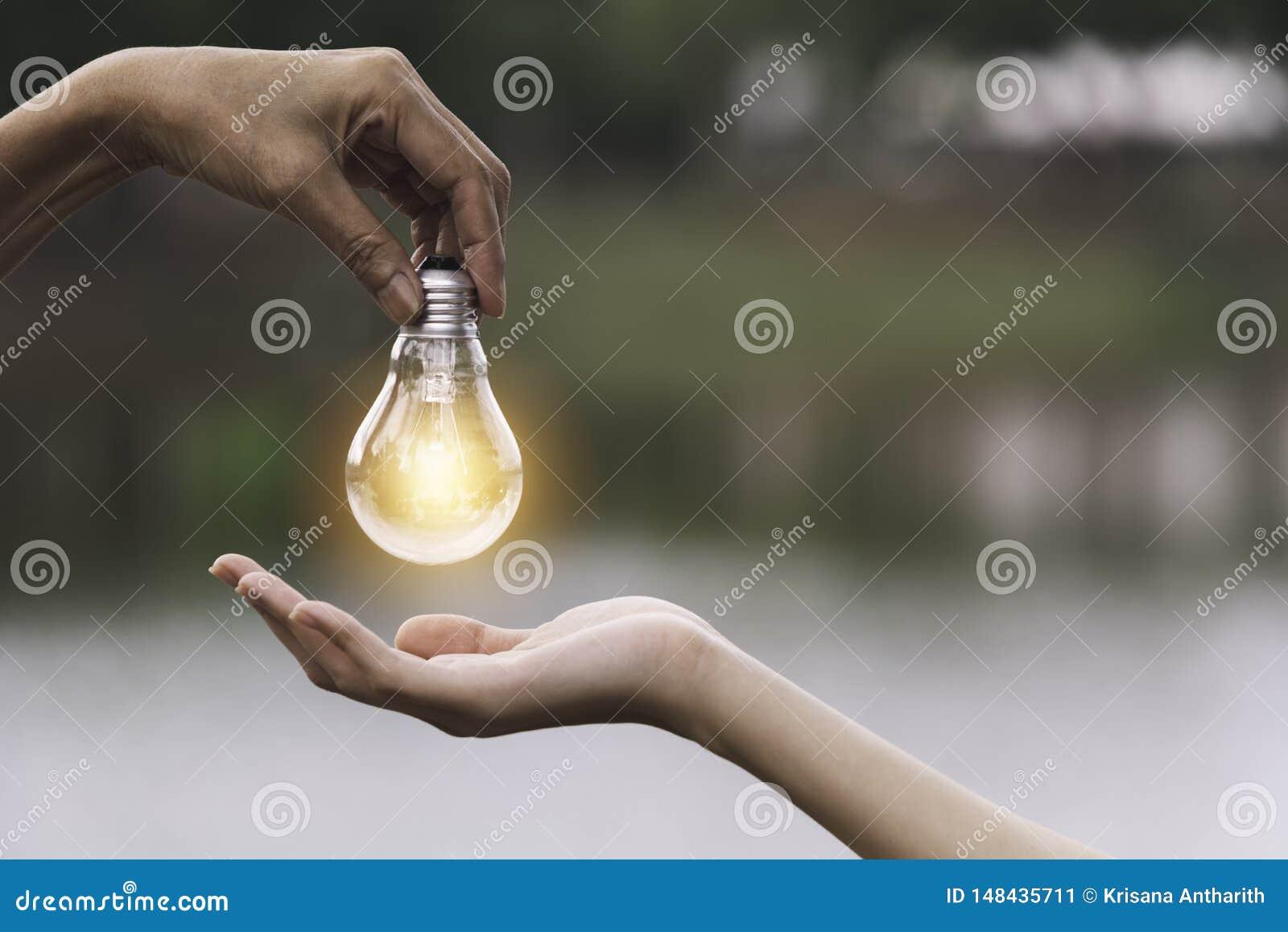 Innowacja lub kreatywnie poj?cie r?ka chwyt kopia i ?ar?wka interliniujemy dla wszywka teksta