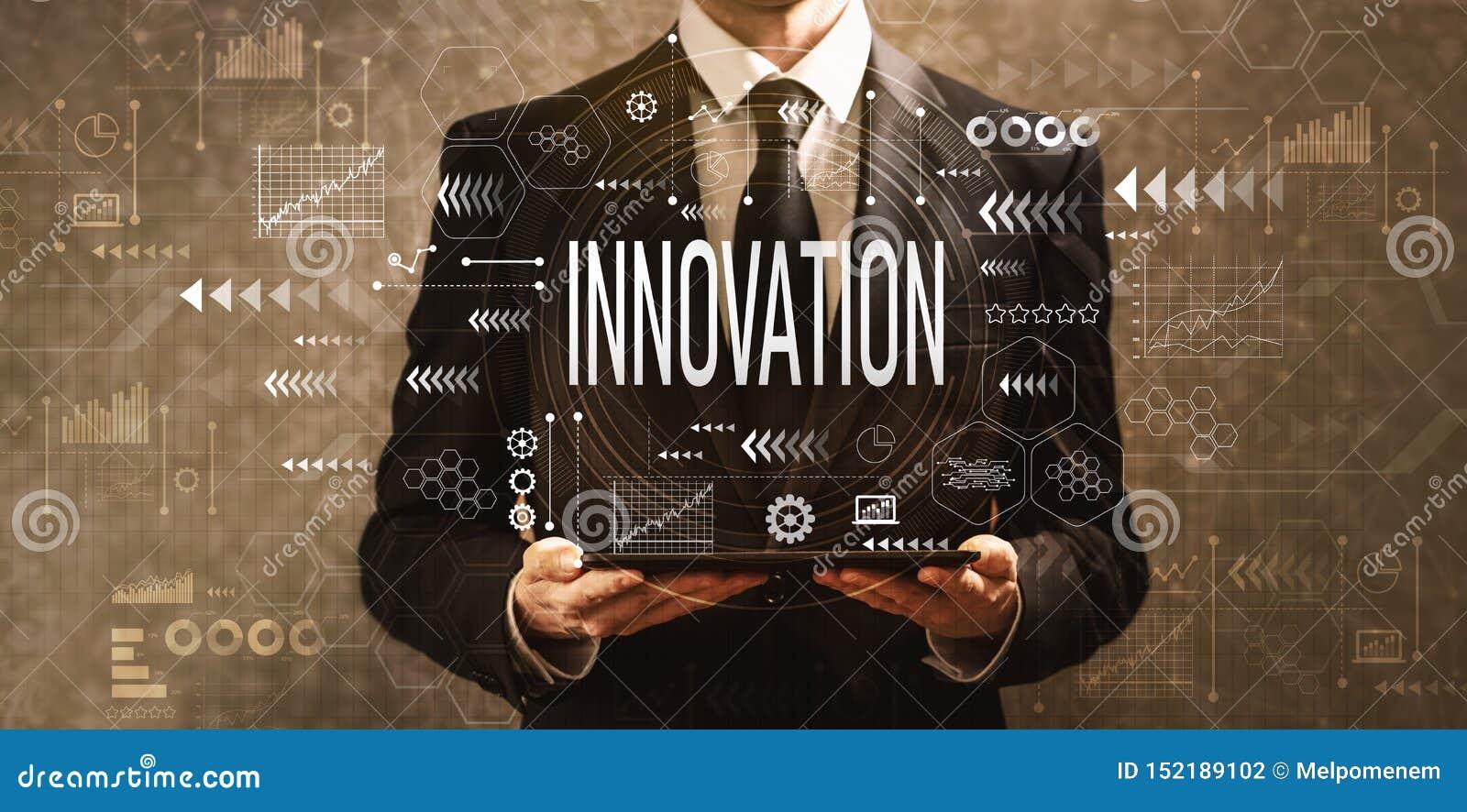 Innowacja z biznesmenem trzyma pastylk? komputerowa
