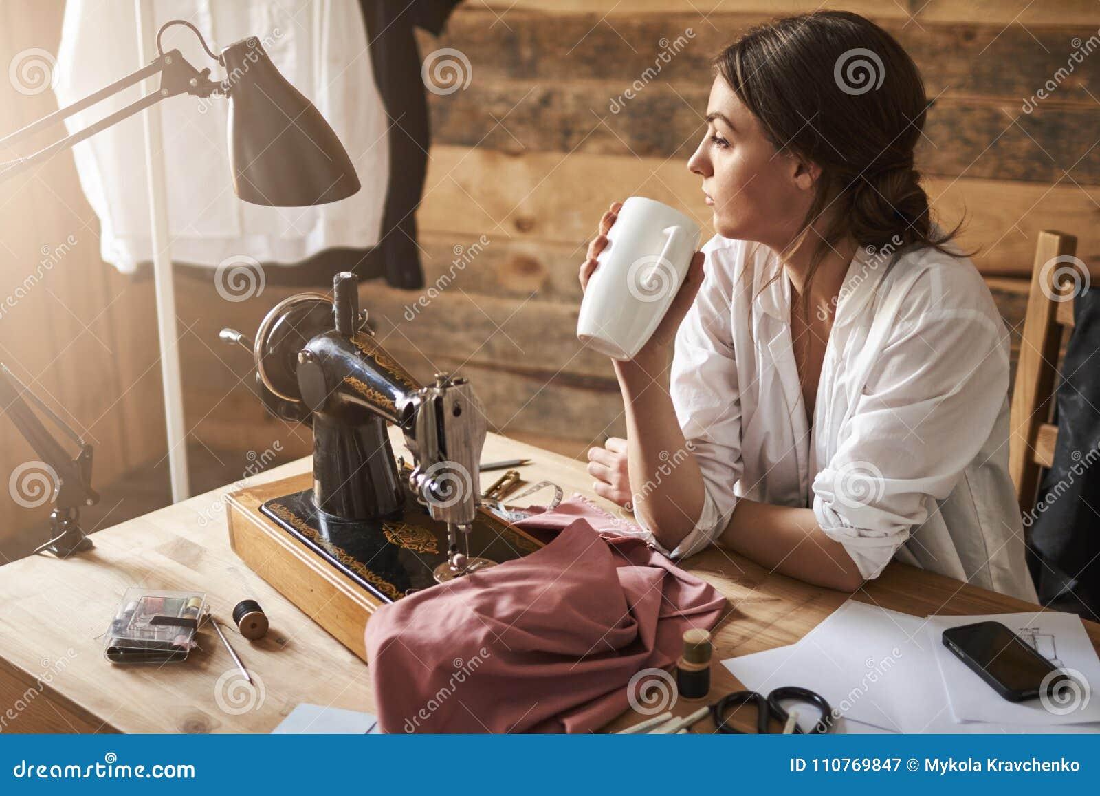 Inny dzień w warsztacie przychodził kończyć Marzycielski rozważny żeński ściekowy patrzeć na boku podczas gdy siedzący blisko szw