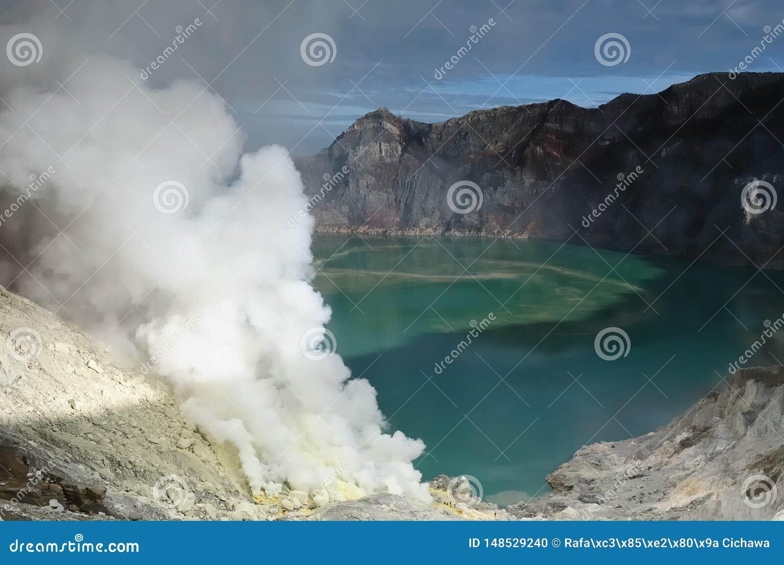 Inom av krater av vulkan i Indonesien