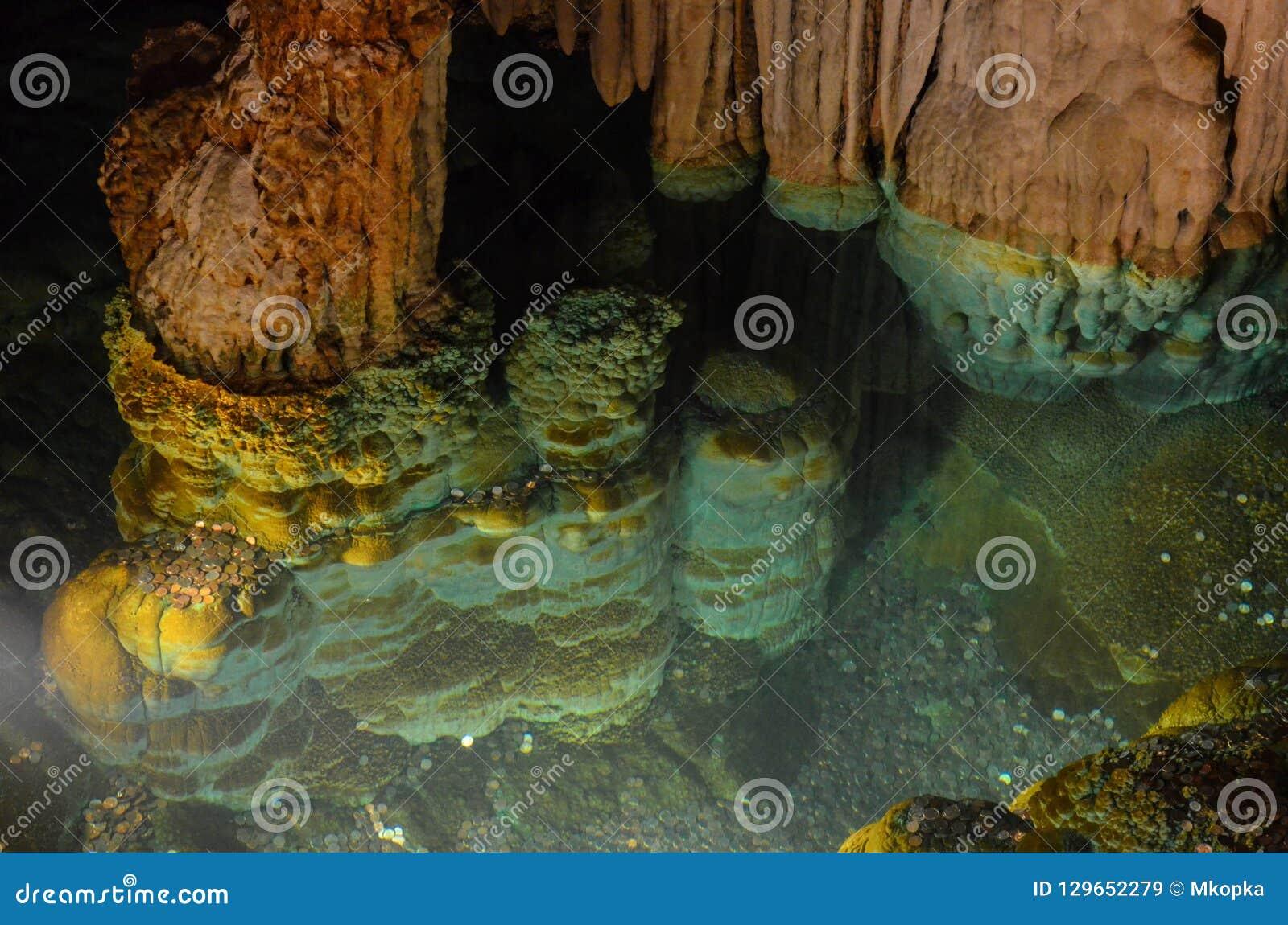 Inom den Luray Caverns grottatunnelbanan i den Virigina Shenendoah dalen Denna är den önskande brunnen