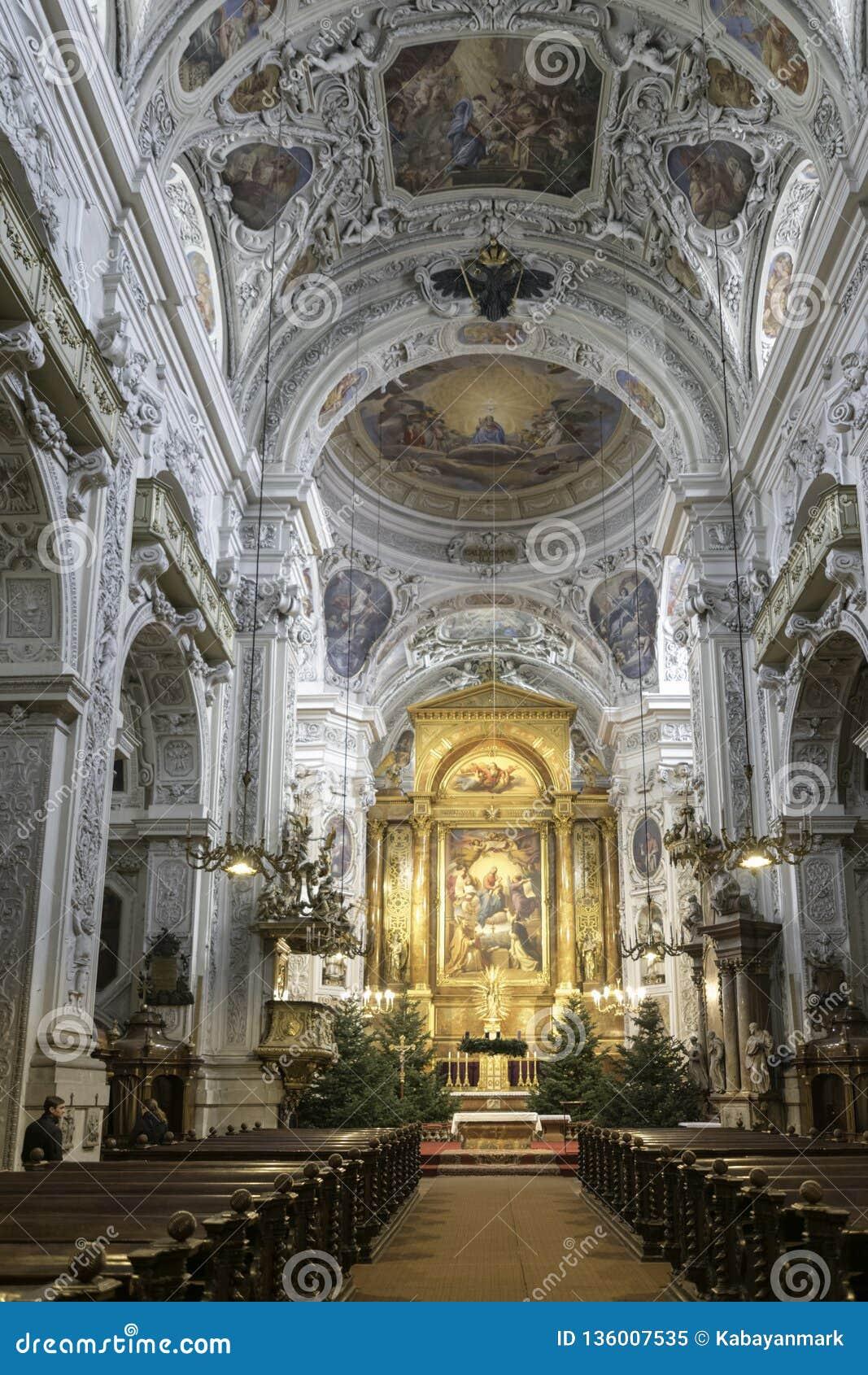 Inom Viennas spektakulära kyrkor guld-, utsmyckat, designer och bling