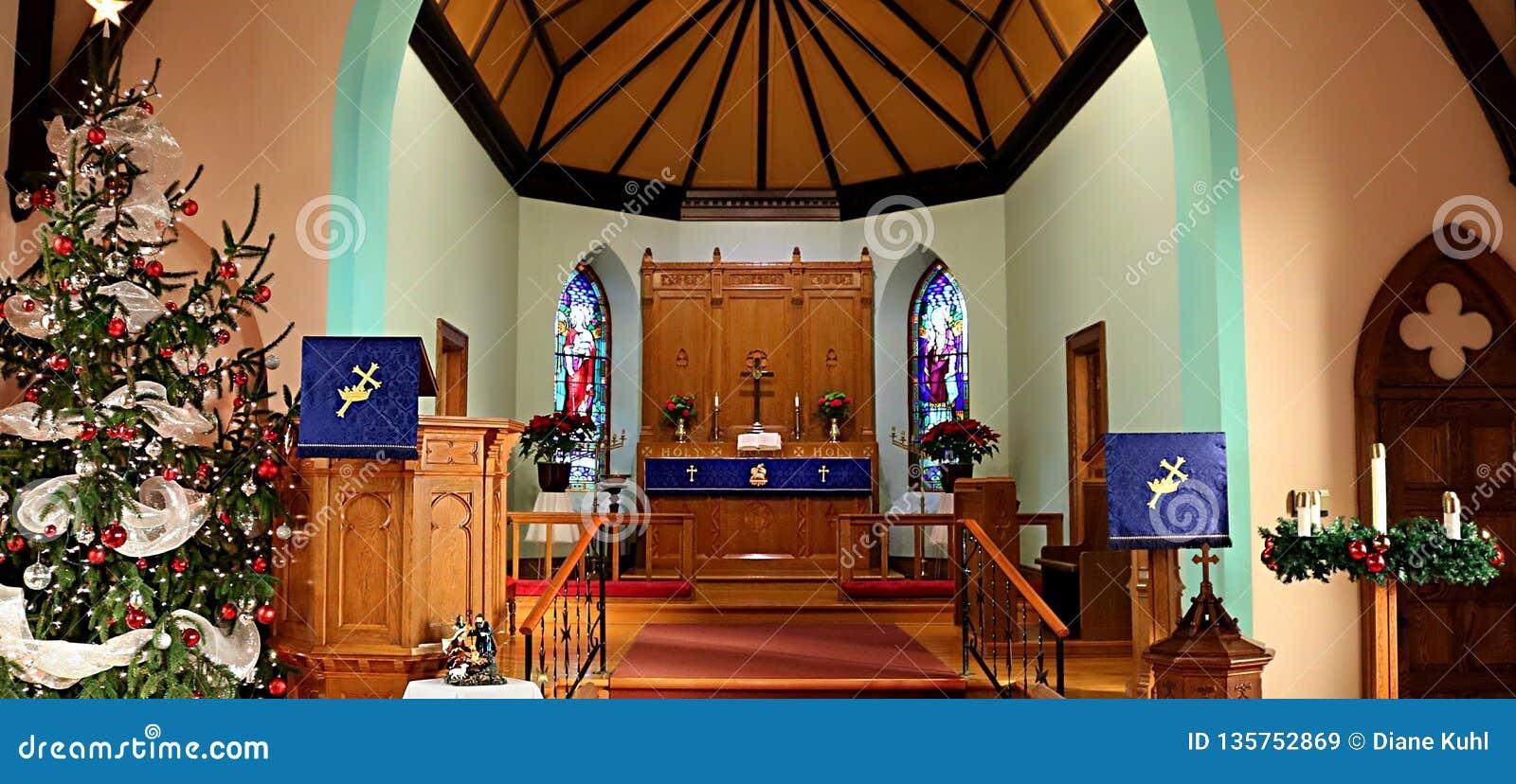 Inomhus av en traditionell kristen kyrka under jultid