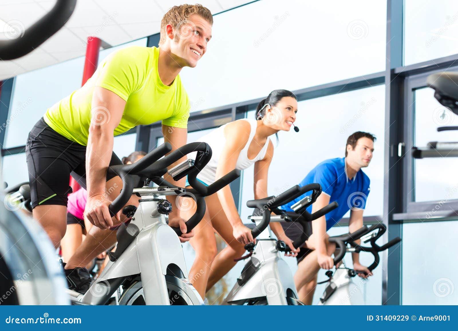 Inomhus bycicle som cyklar i idrottshall