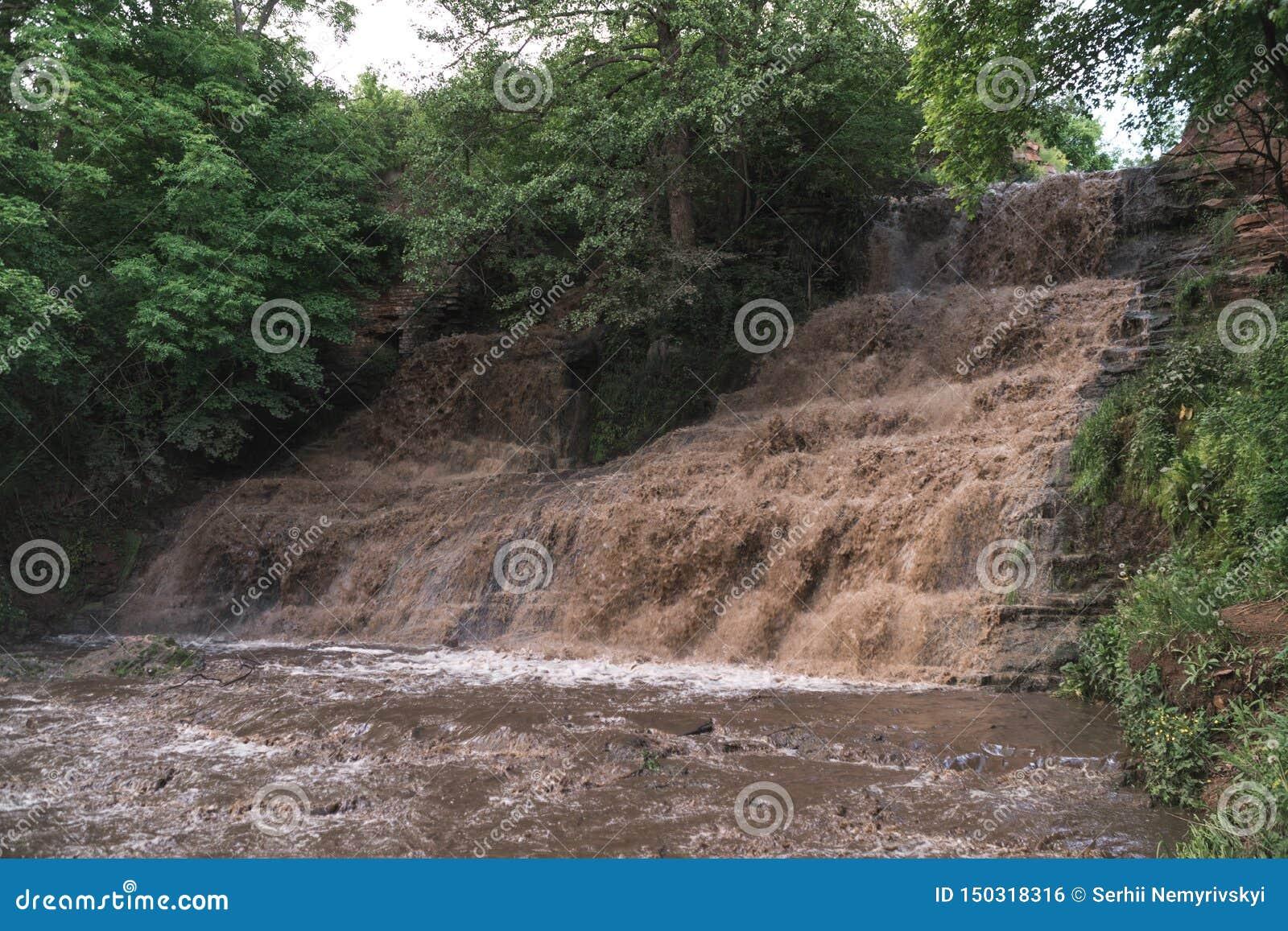 Inondazione, cataclisma, alta piovosità, la minaccia dell inondazione, acqua sporca Cascata di Dzhurinsky, Ucraina