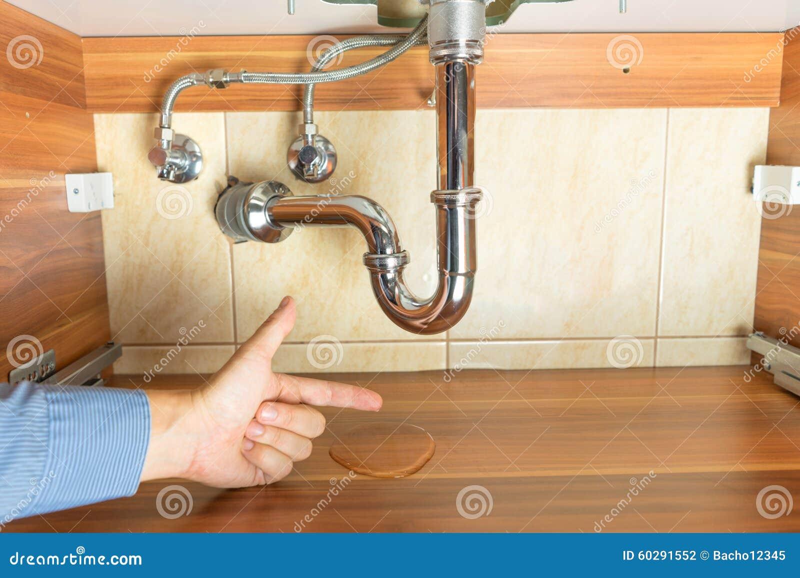 Inondazione sotto lo scolo del lavandino in bagno fotografia stock
