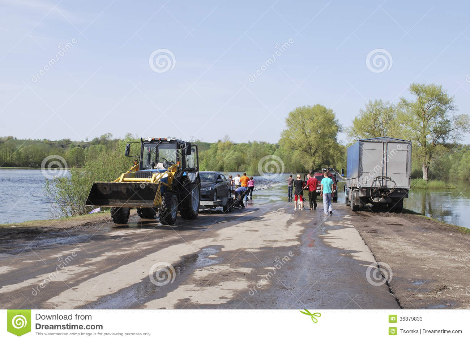 Download Inondazioni, Ha Sommerso Il Trattore Stradale Porta Le Automobili. Fotografia Stock Editoriale - Immagine di naughty, inondazione: 36879833