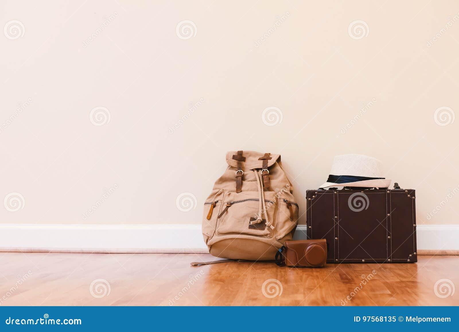 Inpackning av en resväska för en tur
