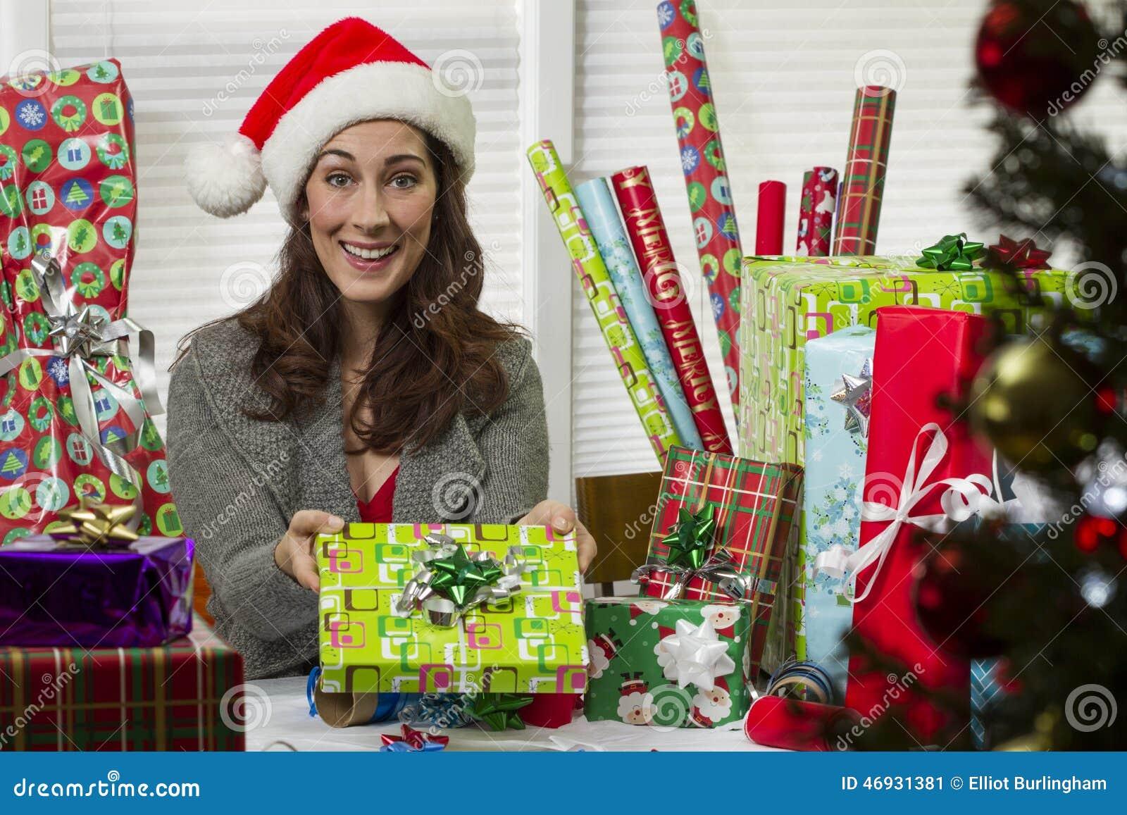 Inpackning för julpresentskvinna