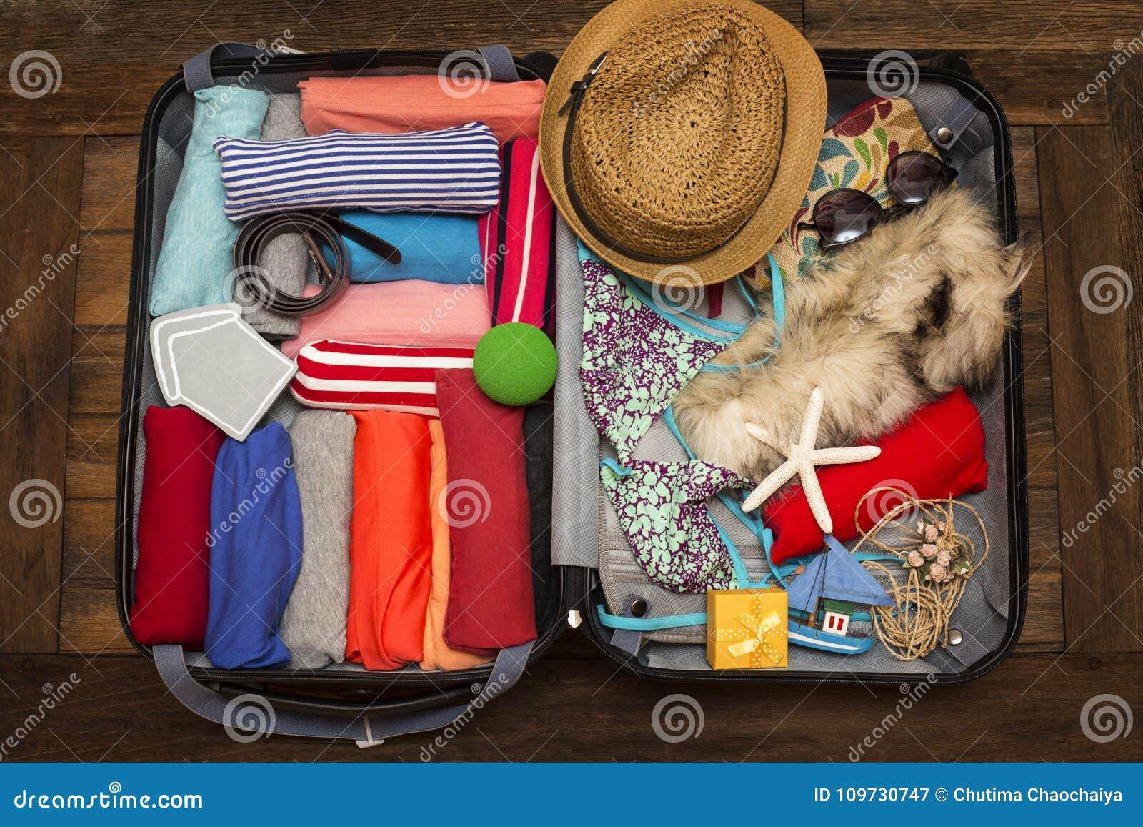 Inpakkend een bagage voor een nieuwe reis en reis voor lang weeken