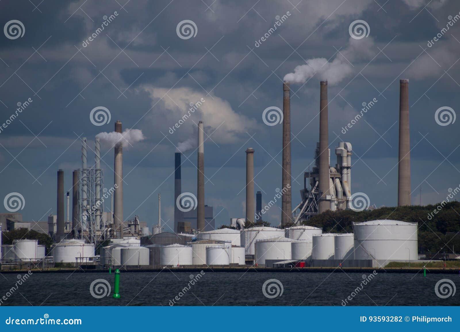 Inquinamento atmosferico dai camini nella pianta industriale della fabbrica