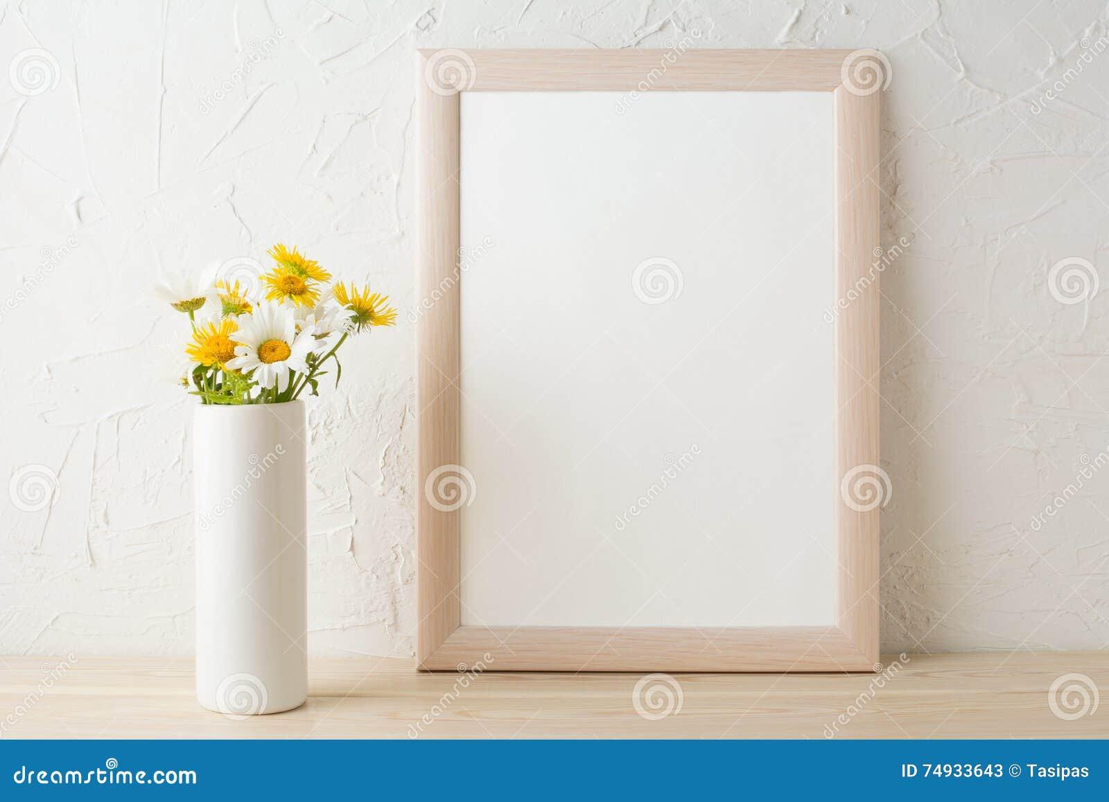 Inrama modellen med vita och gula kamomillar i vas
