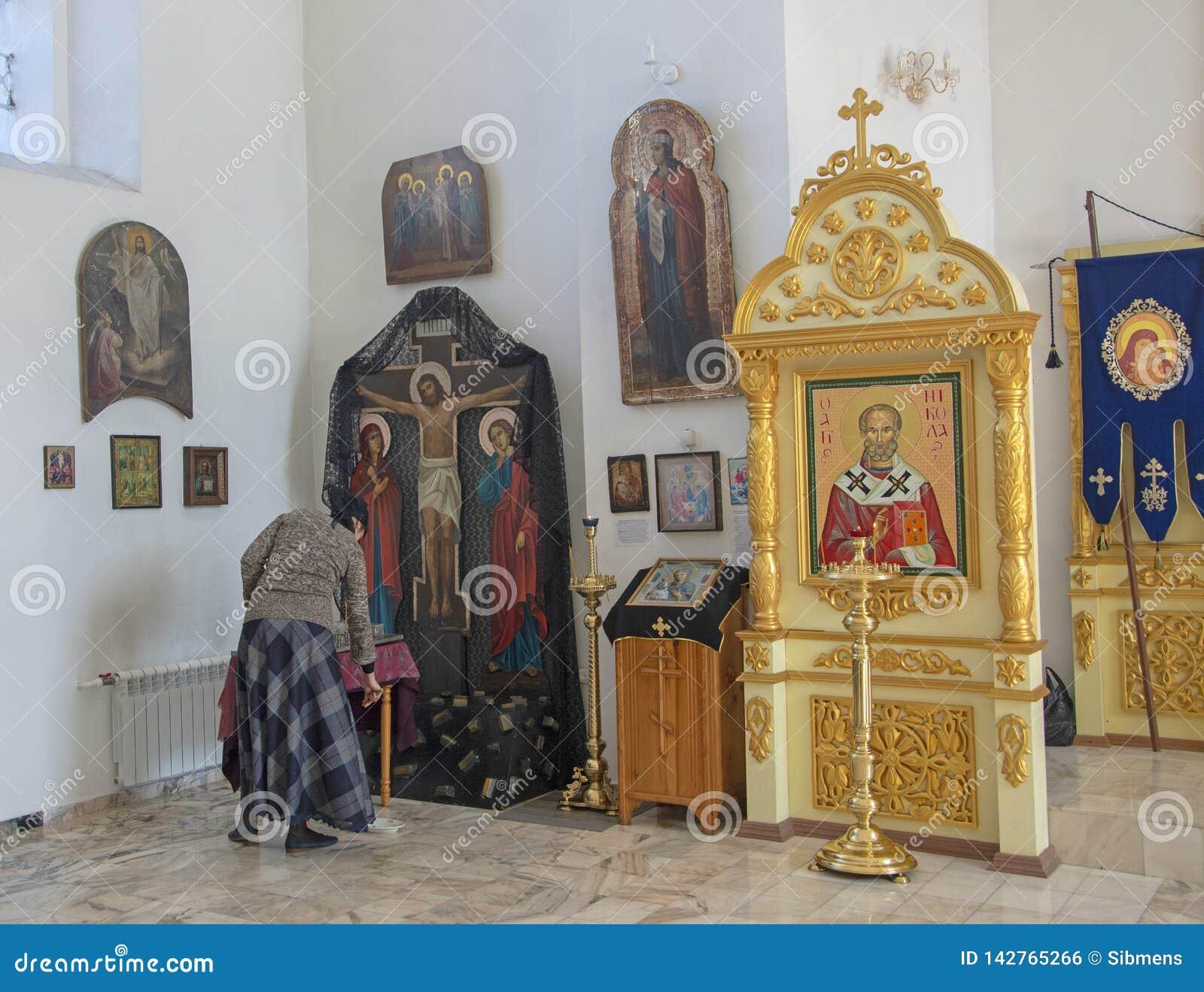 Inre av en liten provinsiell kyrka, inregarneringen Symboler böner Ryssland