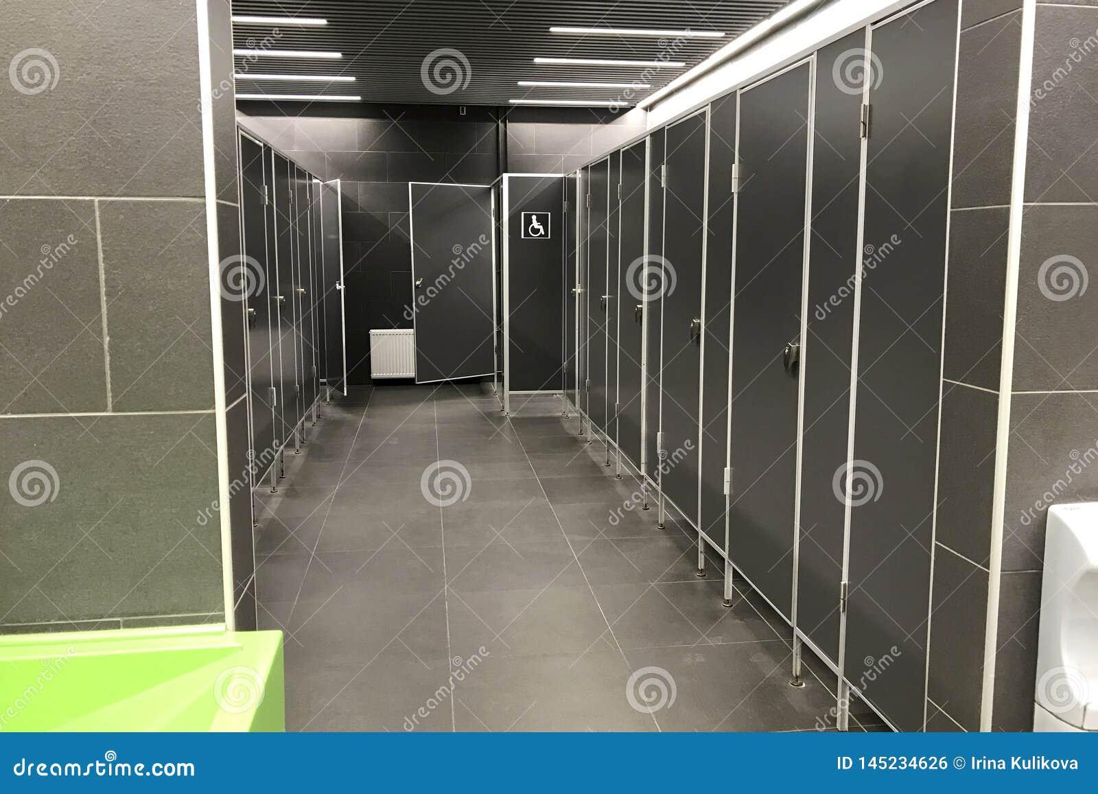 Inre av en offentlig toalett med