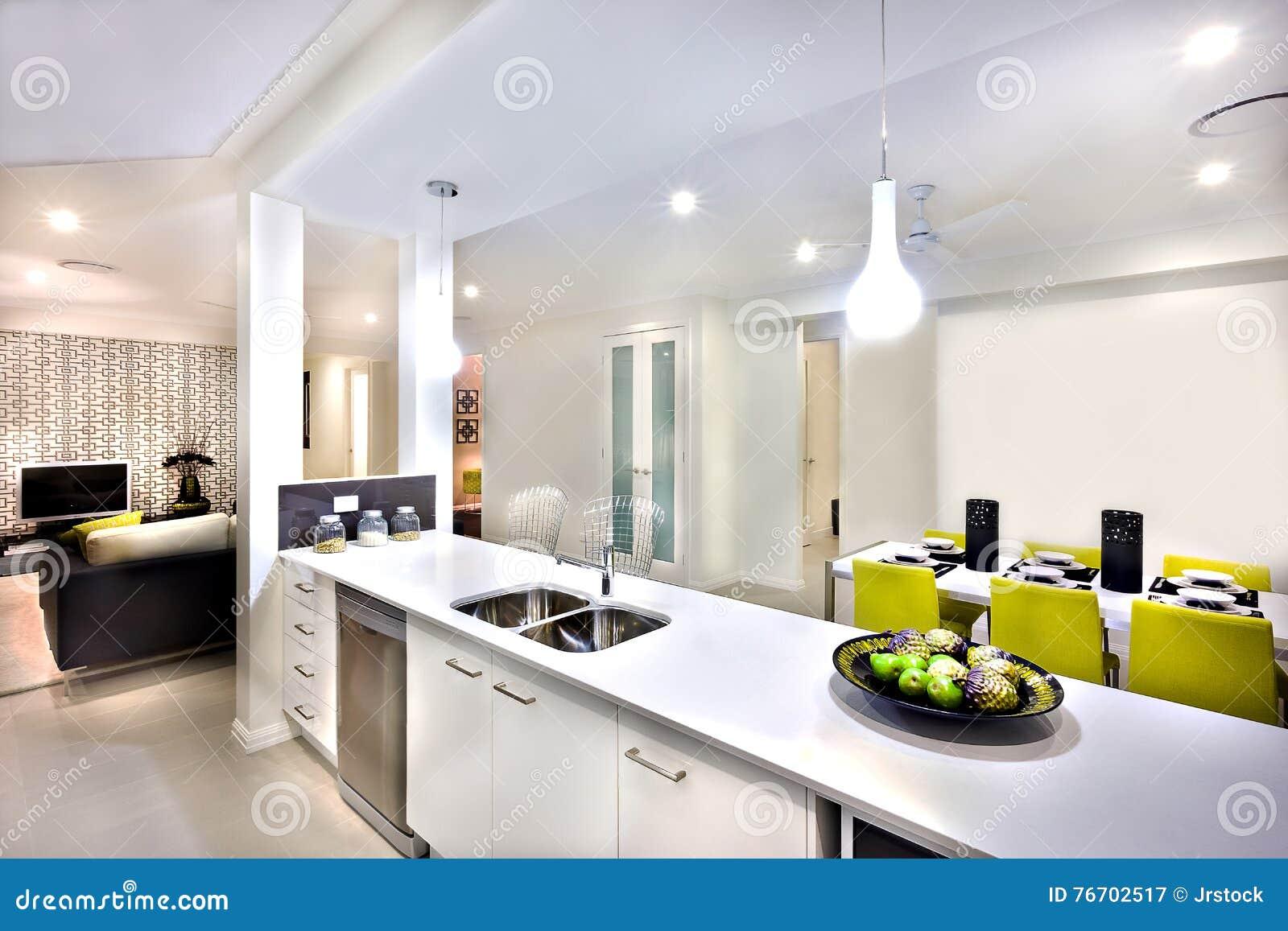 Inre av ett modernt hus, inklusive räknareöverkant med vasken och