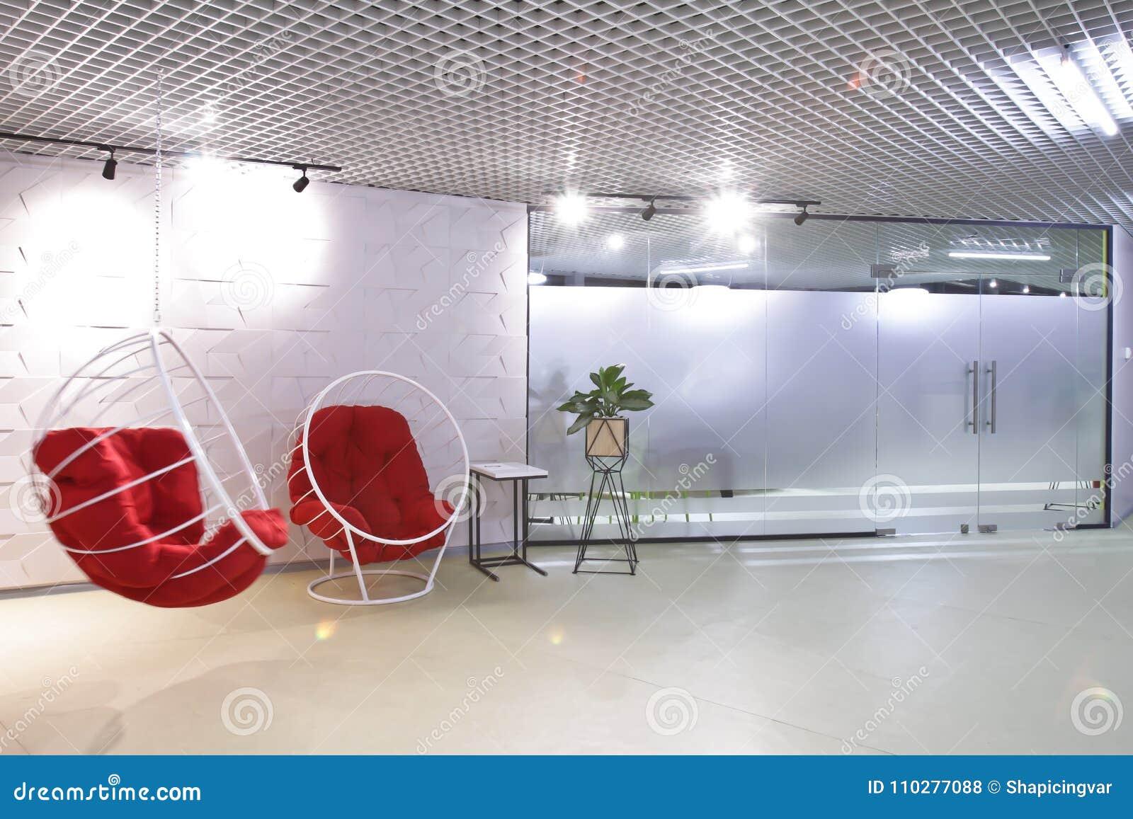 inre av personaltoaletten i det moderna kontoret av affärsmitten
