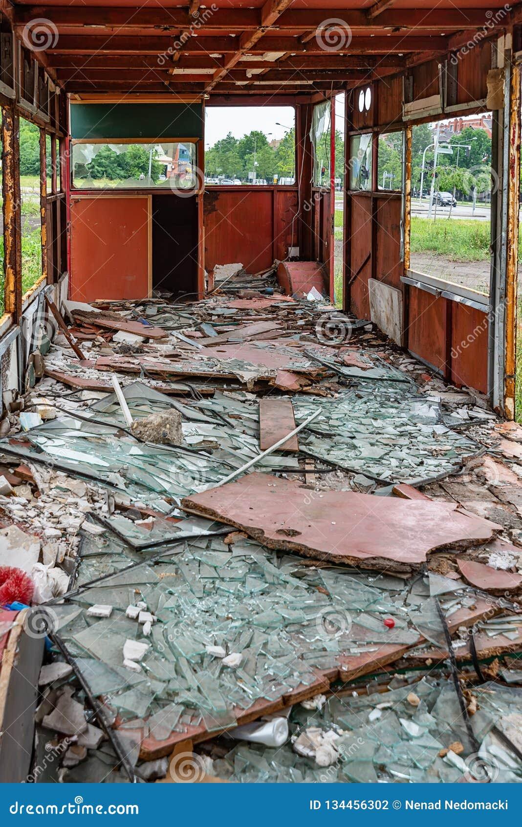 Inre av Rusty Abandoned Double-Decker Bus