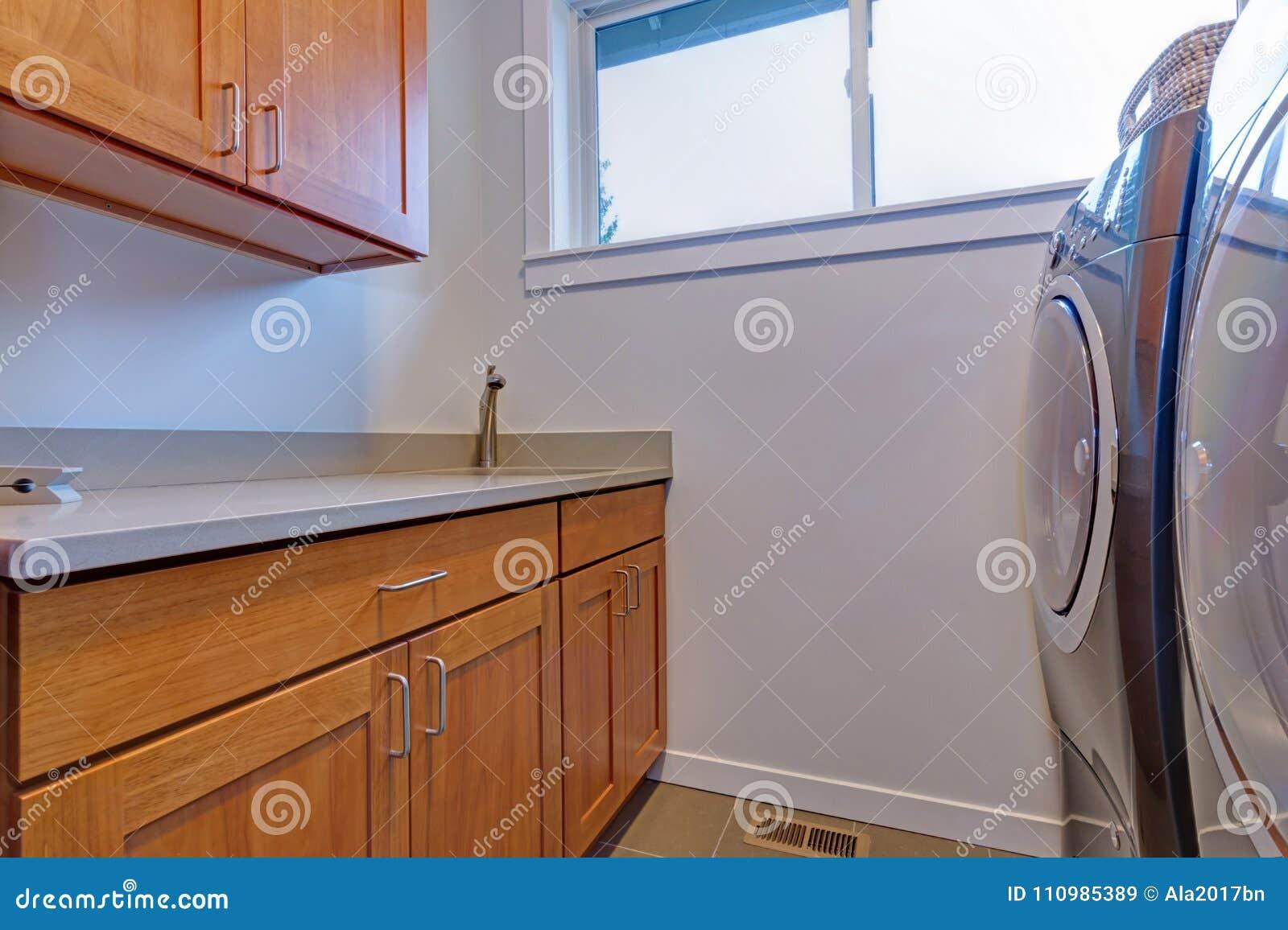Inre av tvättstuga med träkabinetter