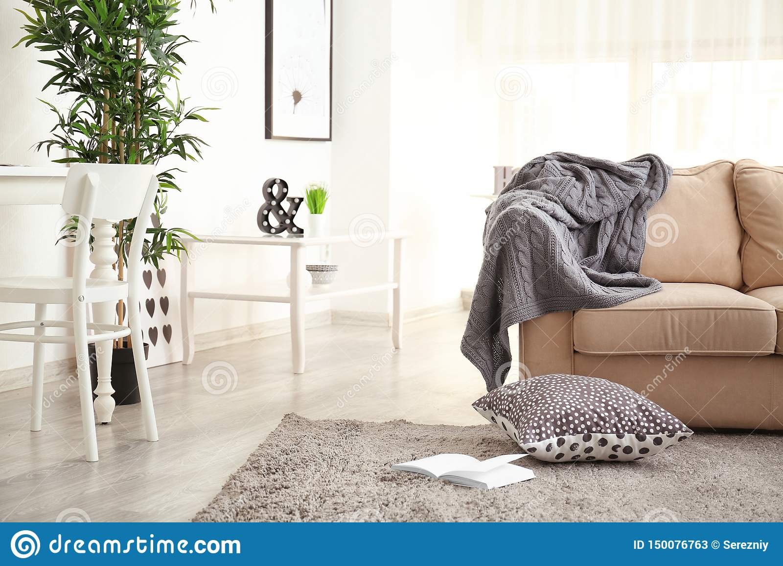 Inre av vardagsrum med soffan och tabellen