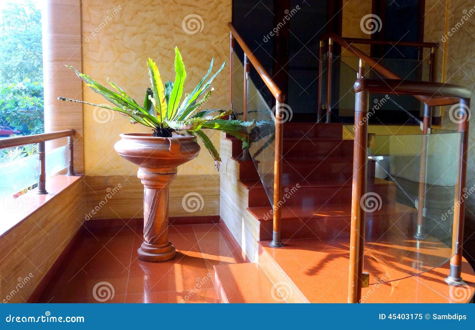 Inre blomkruka på en sockel
