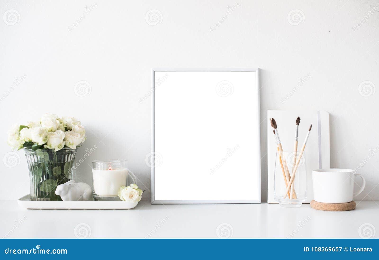 Inre dekor för vitt rum med bränningstearinljuset, affischmodellen och