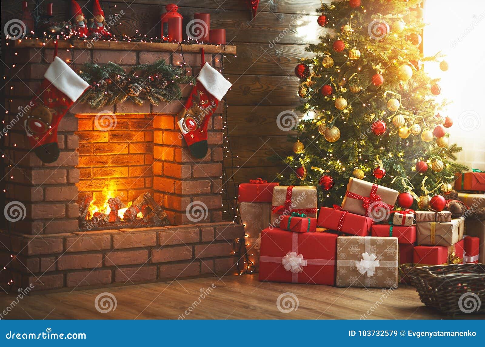 Inre jul magiskt glödande träd, spis, gåvor